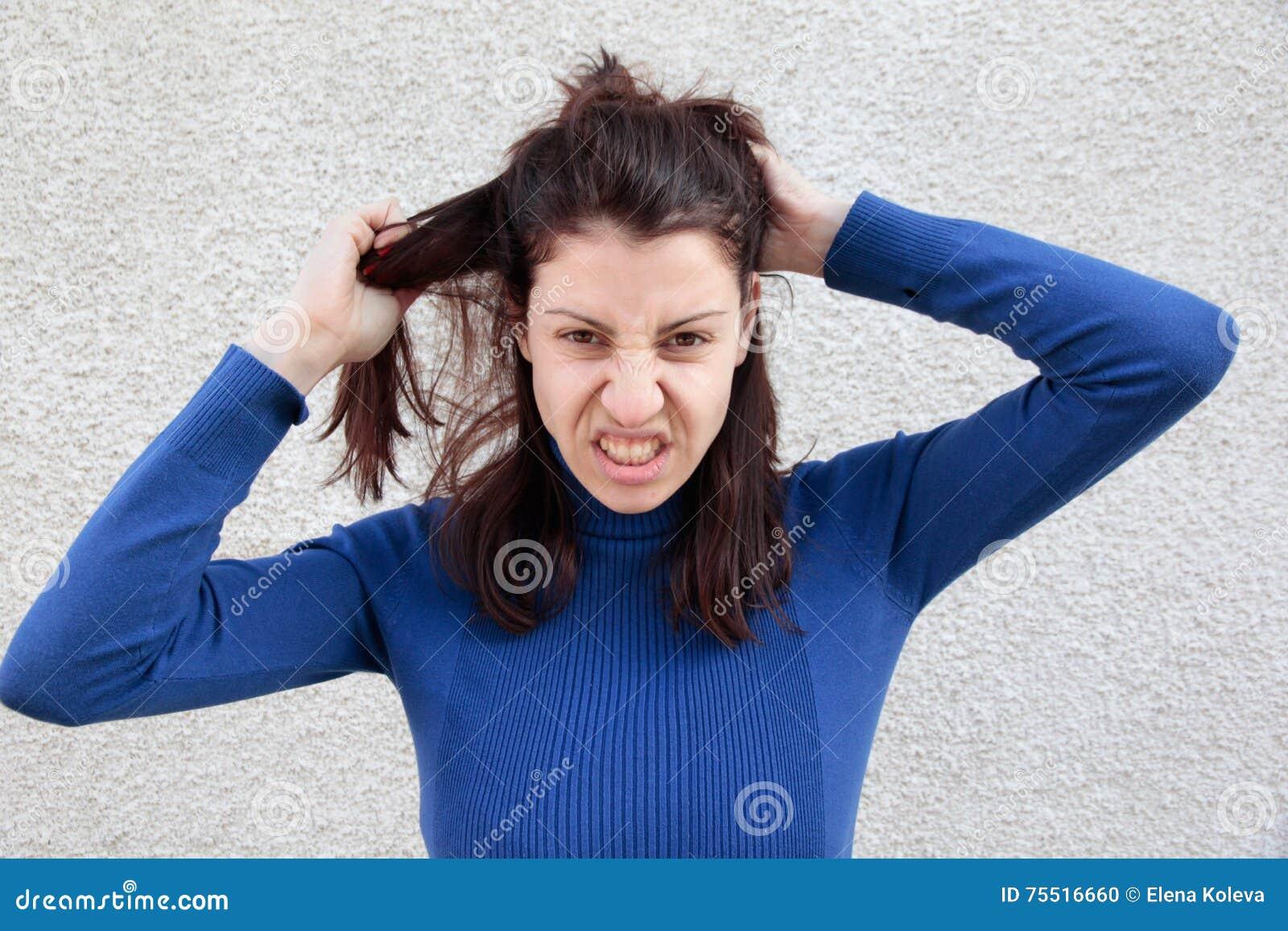 Mujer enojada que tira del pelo