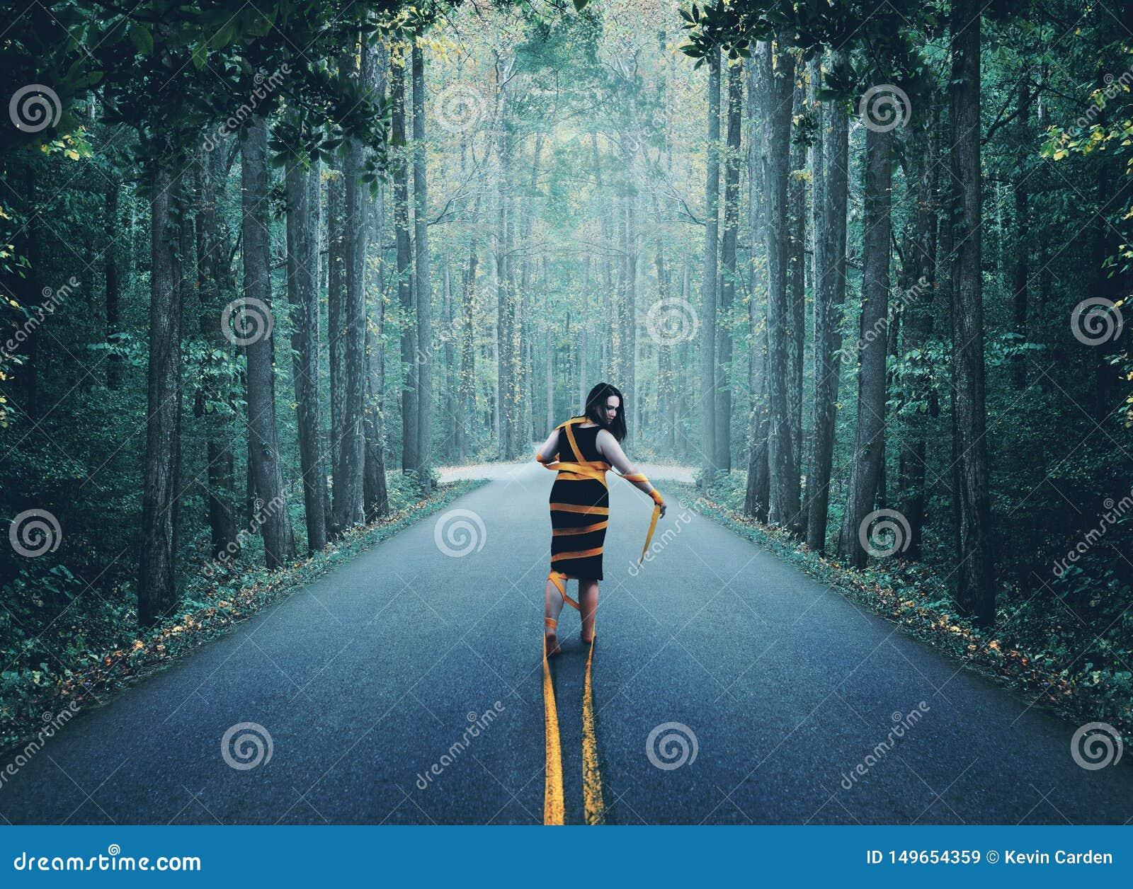 Mujer envuelta para arriba en camino