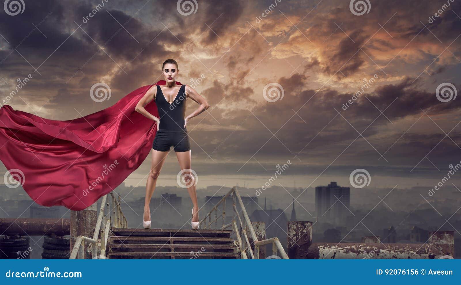 Mujer estupenda con el cabo rojo