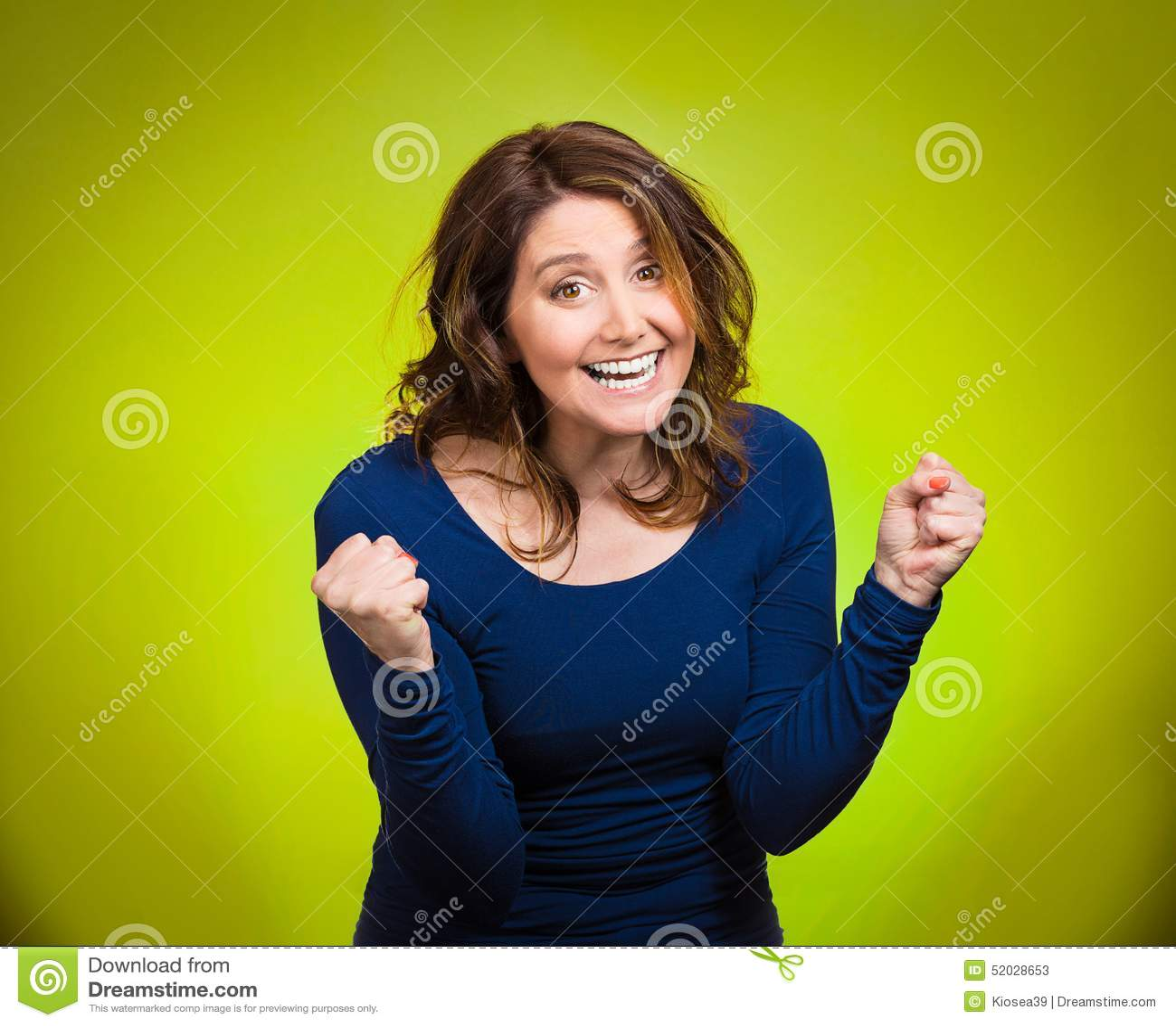 Mujer extática feliz que celebra siendo ganador