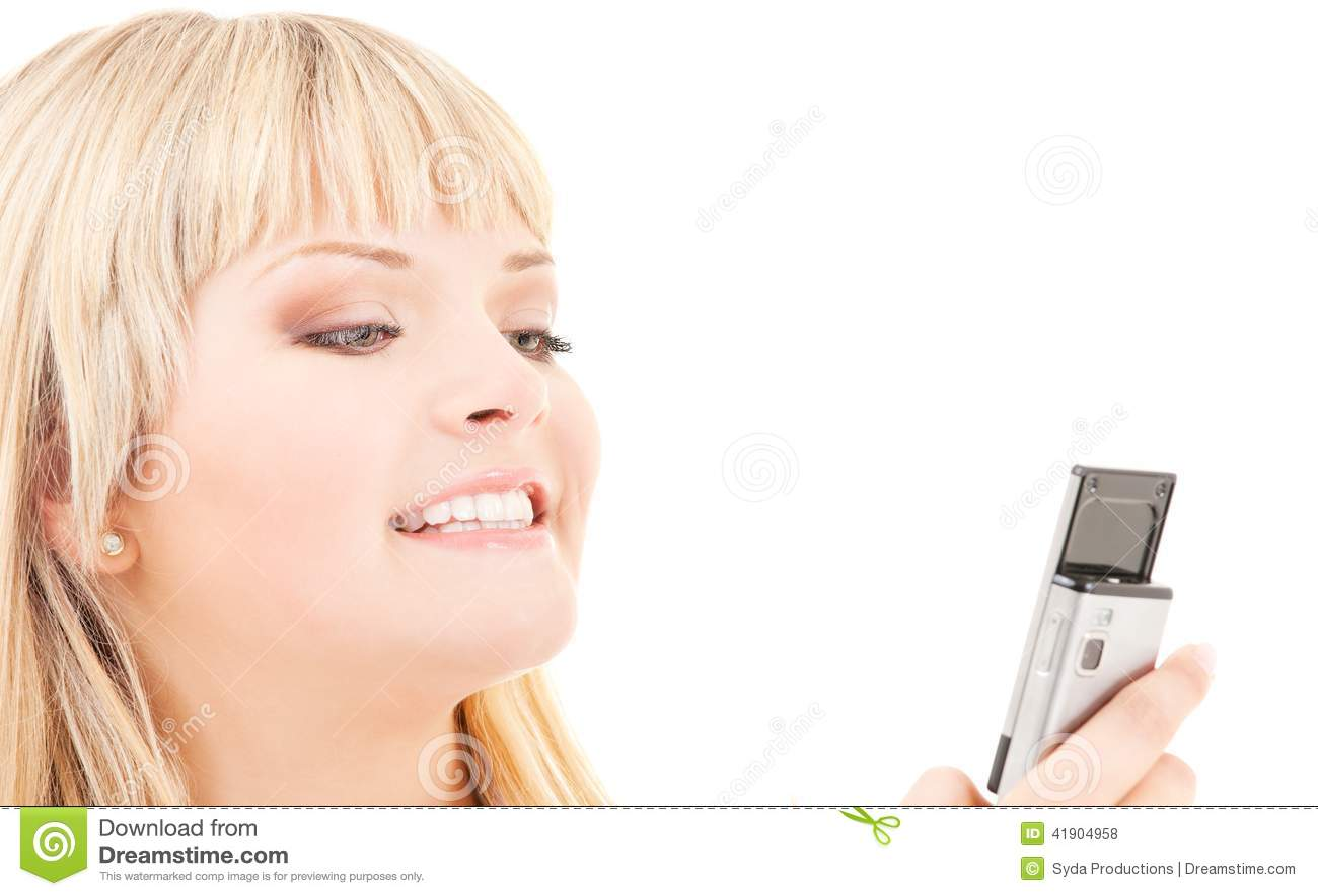 Mujer feliz con el teléfono celular
