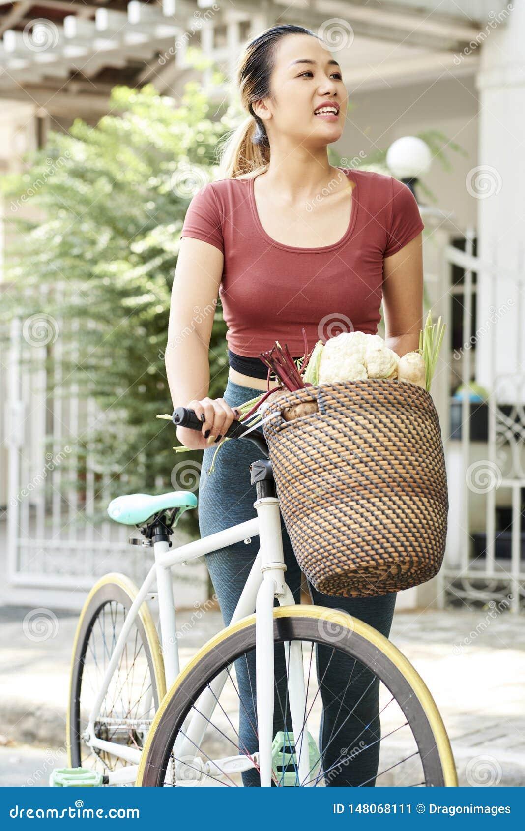 Mujer feliz con la bicicleta