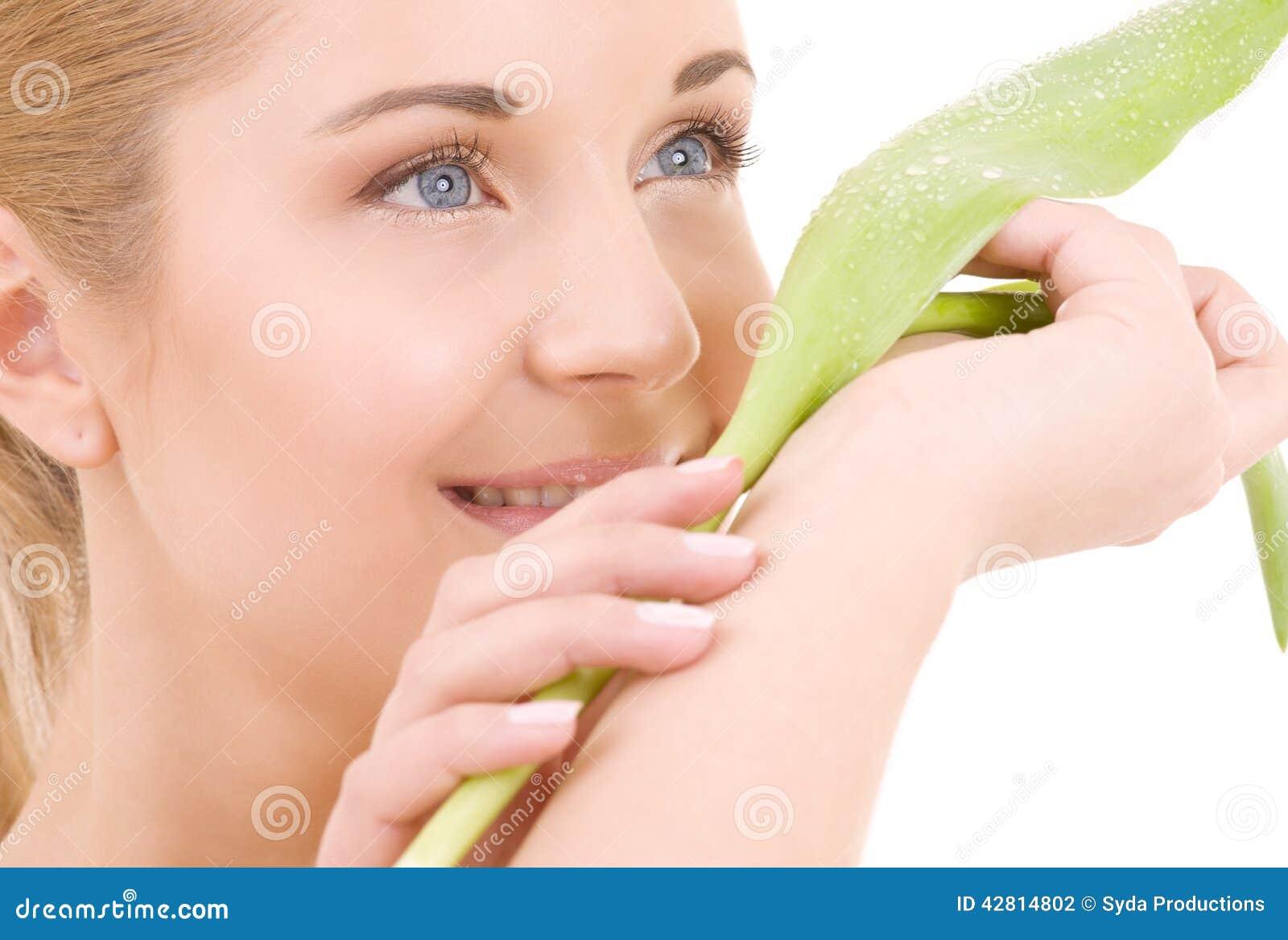 Mujer feliz con la hoja verde
