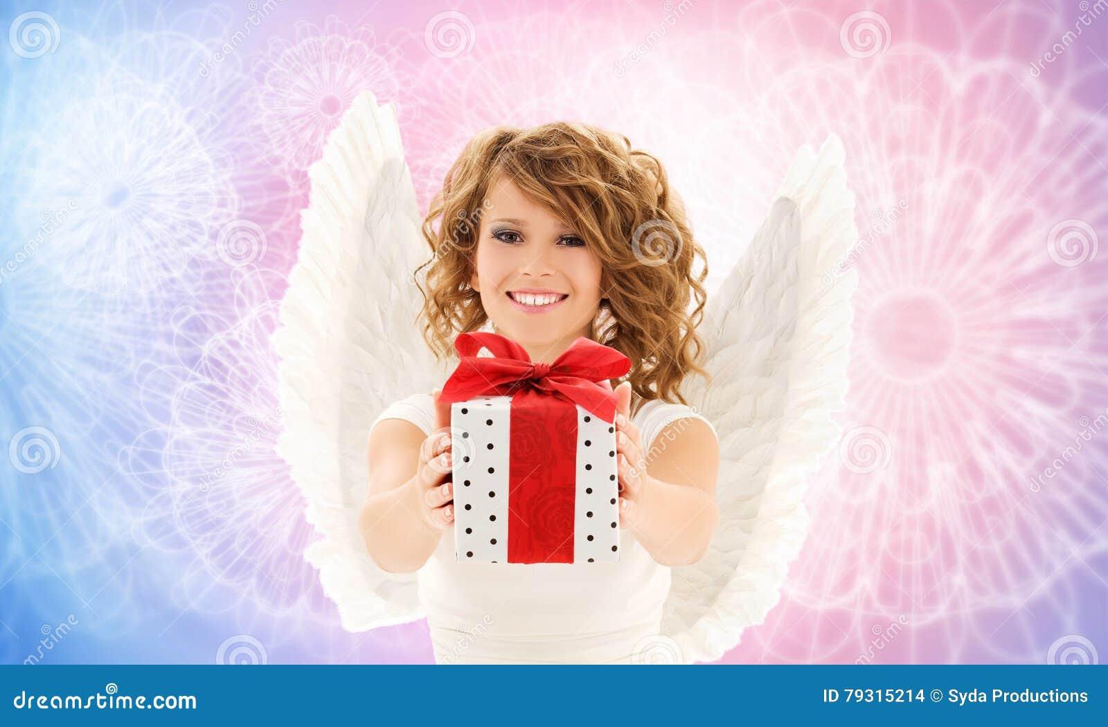 Mujer feliz con las alas del ángel y el regalo de cumpleaños
