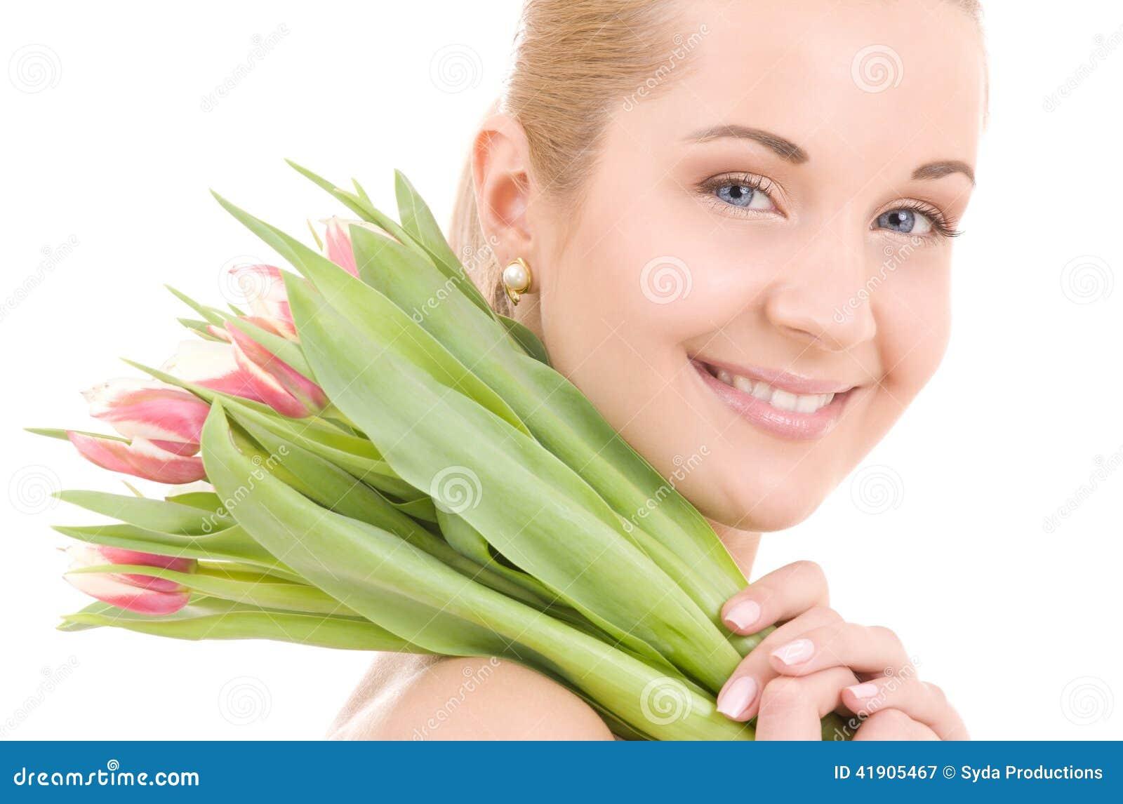 Mujer feliz con las flores