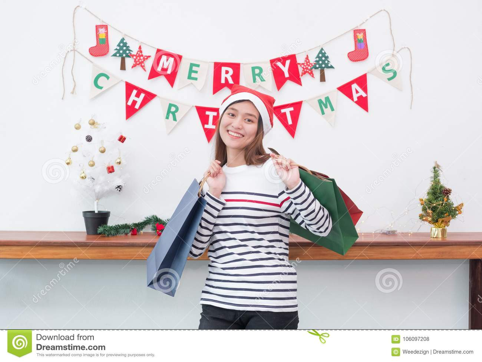 Mujer feliz de Asia de la sonrisa sosteniendo mucha el panier en el partido, compra Ch
