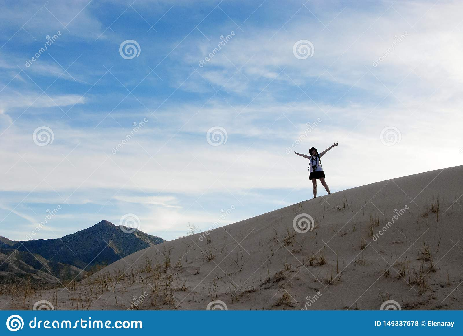 Mujer feliz de las dunas de arena del paisaje del desierto