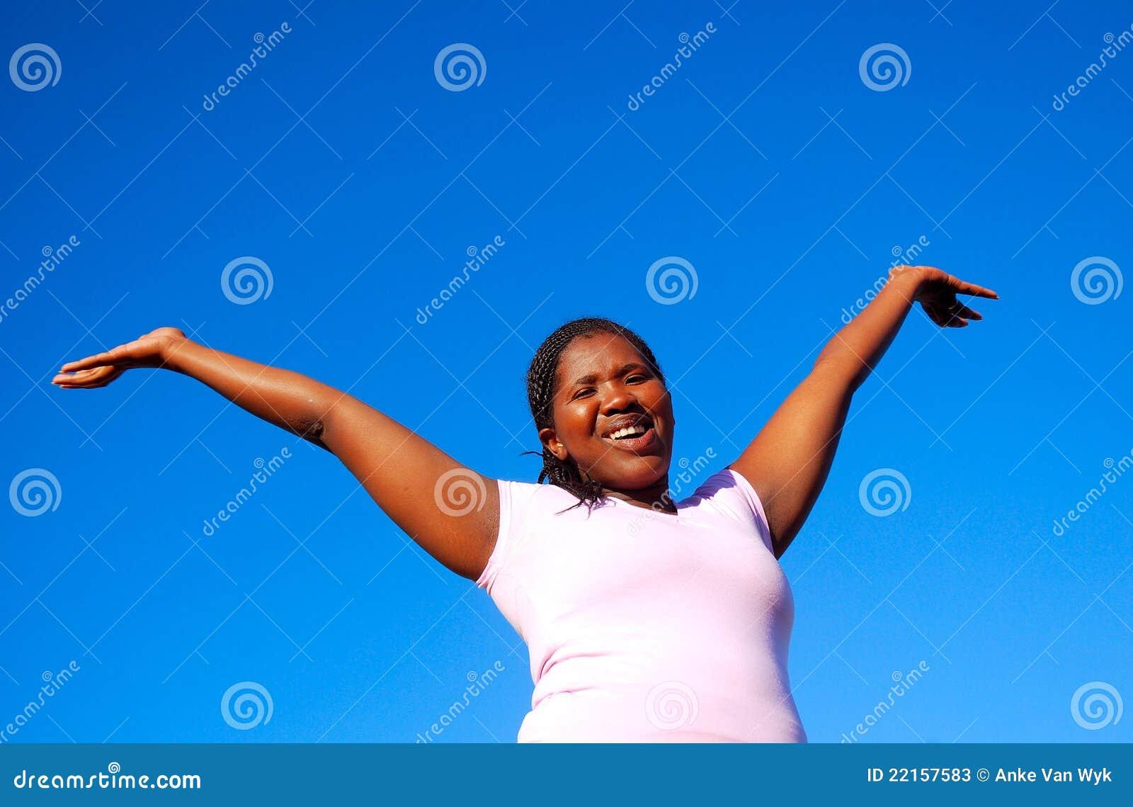 Mujer feliz del afroamericano
