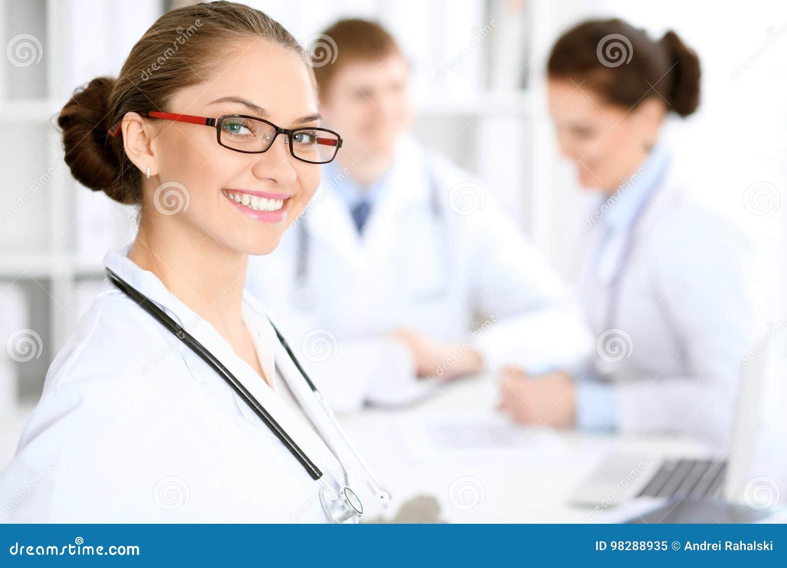 Mujer Feliz Del Doctor Con El Personal Médico En El Hospital Que Se ...
