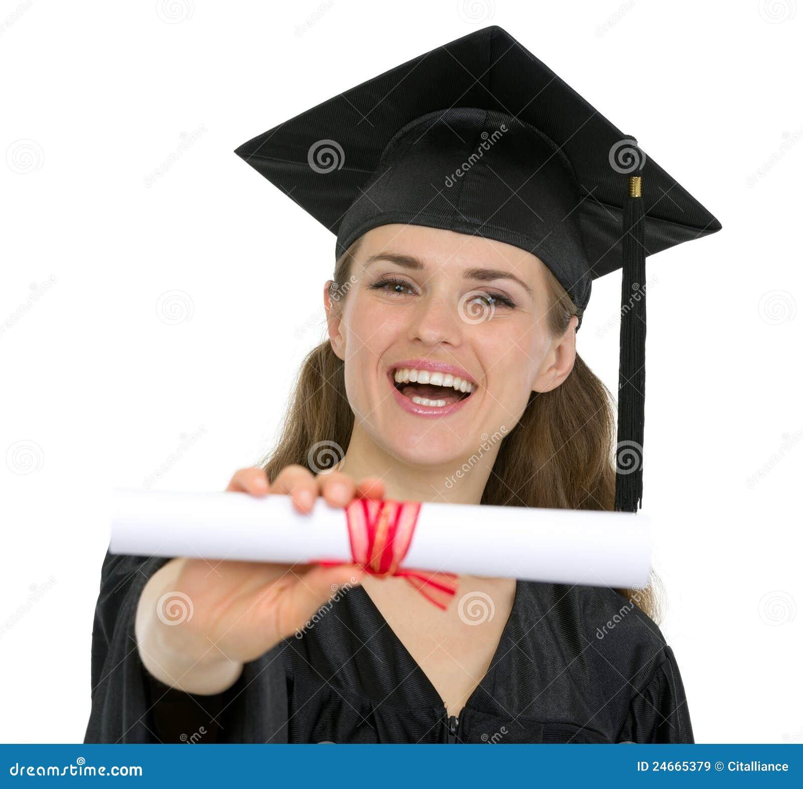 Mujer feliz del estudiante de la graduación que muestra el diploma