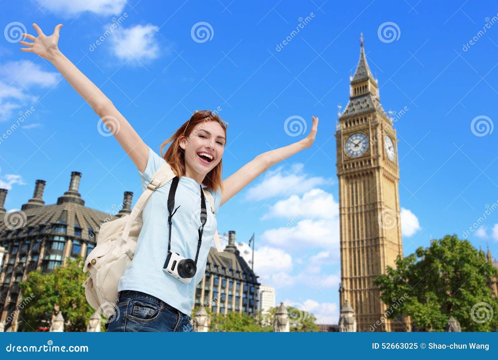 Mujer feliz del viaje en Londres