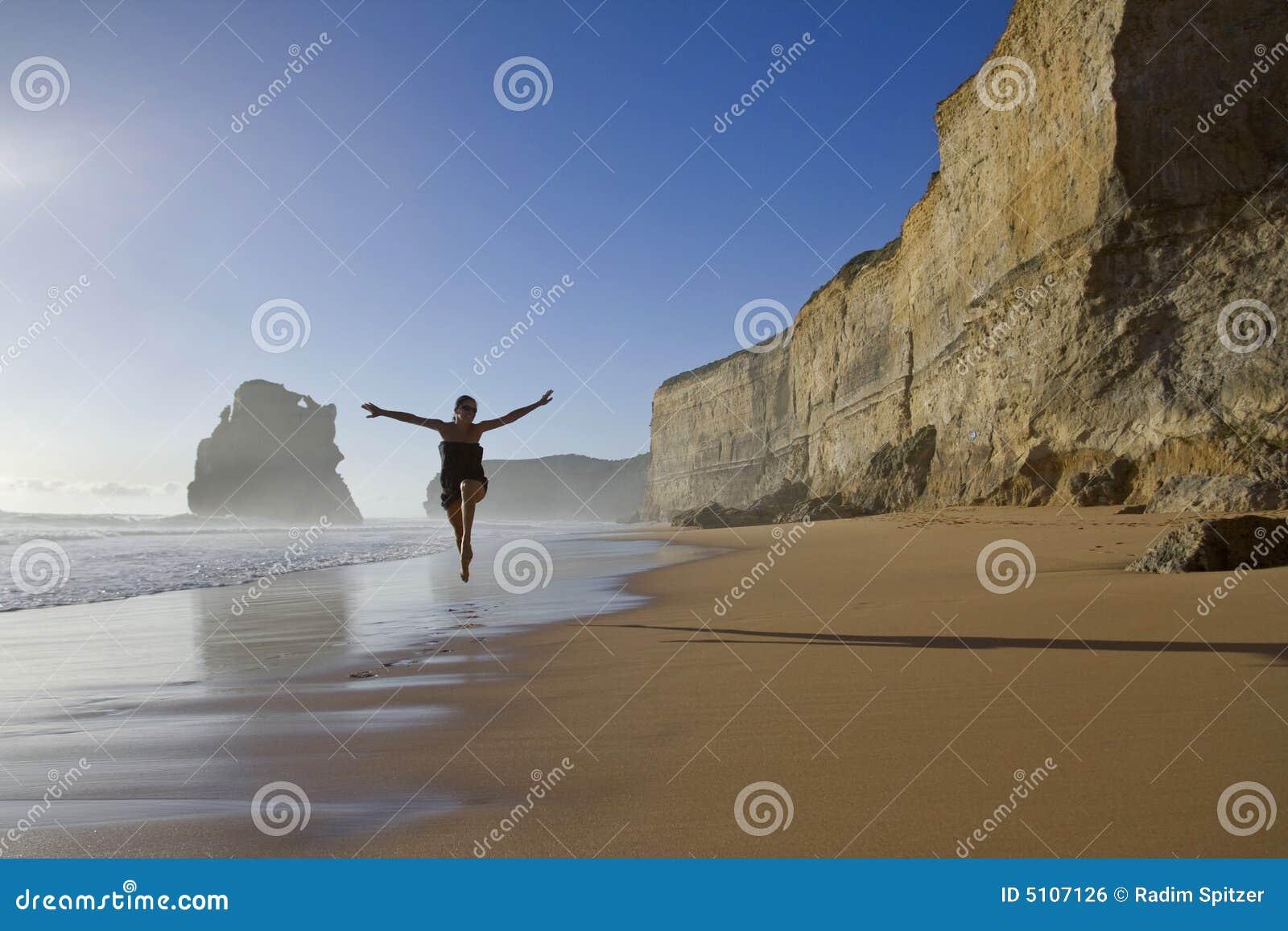 Mujer feliz en la playa