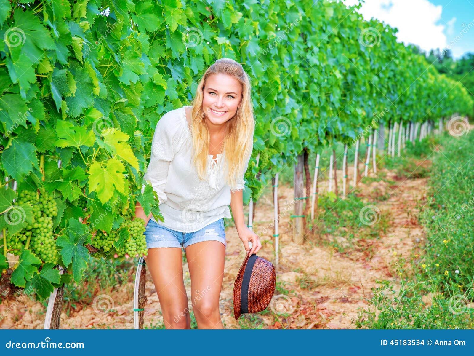 Mujer feliz en viñedo
