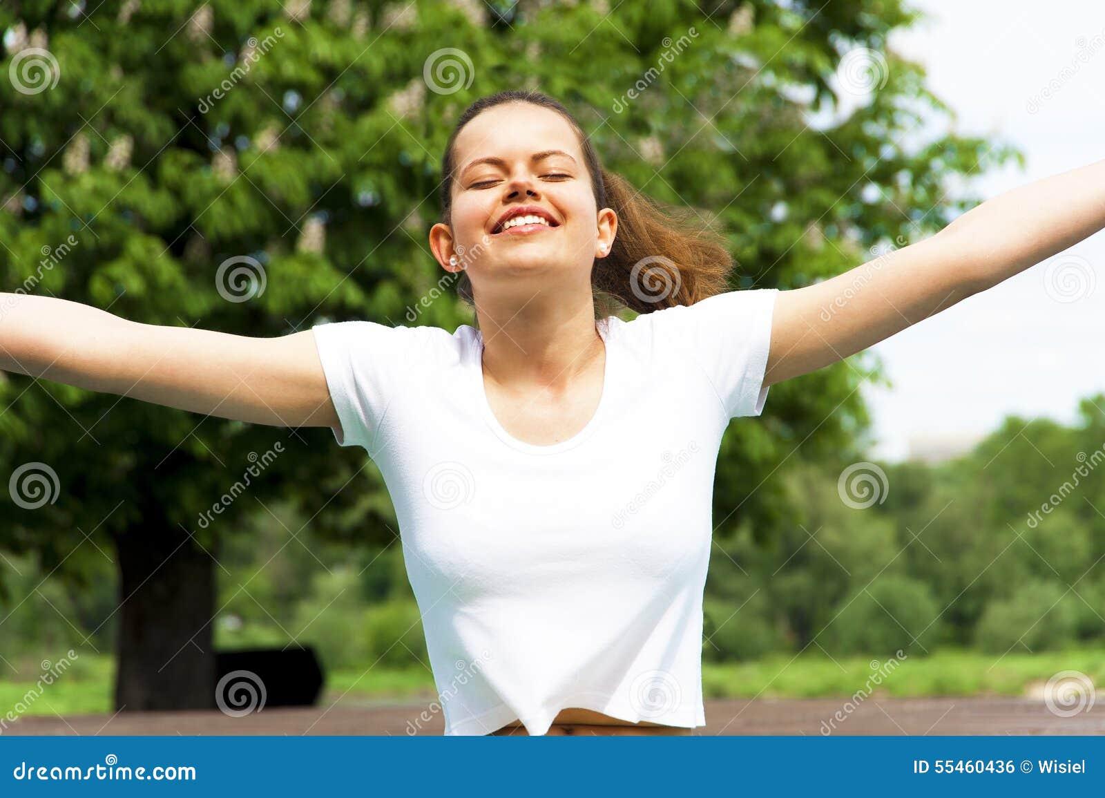 Mujer feliz libre que disfruta de la naturaleza Muchacha de la belleza al aire libre