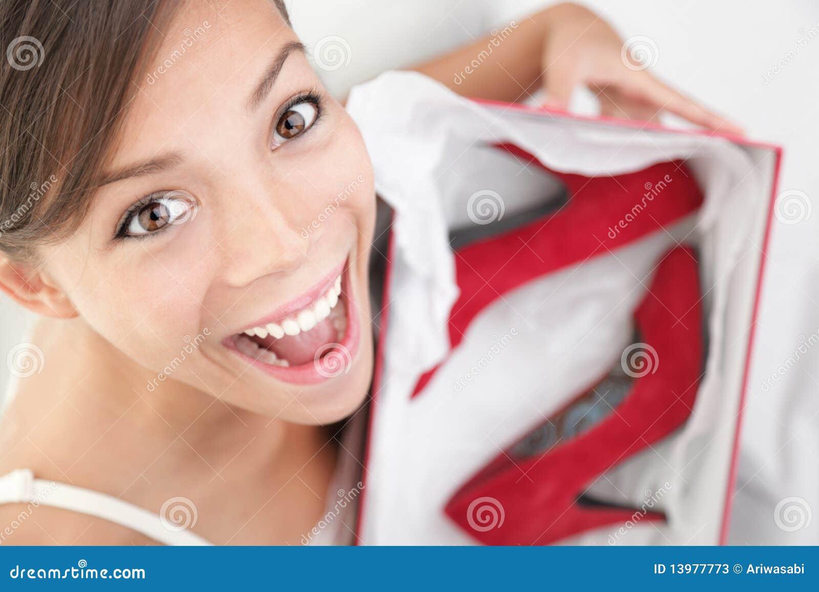 Mujer feliz para los zapatos como regalo