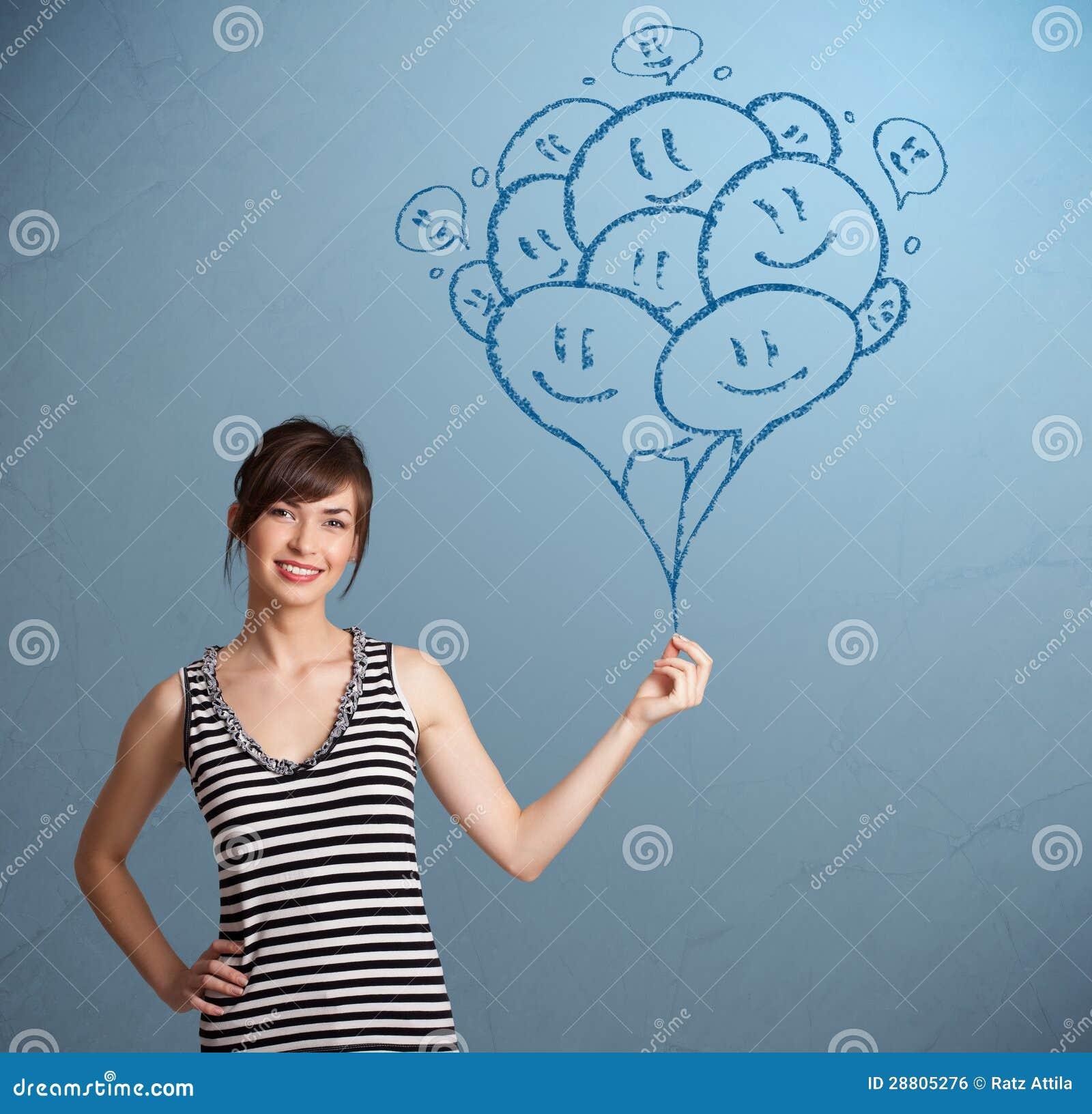 Mujer feliz que celebra el drenaje sonriente de los globos