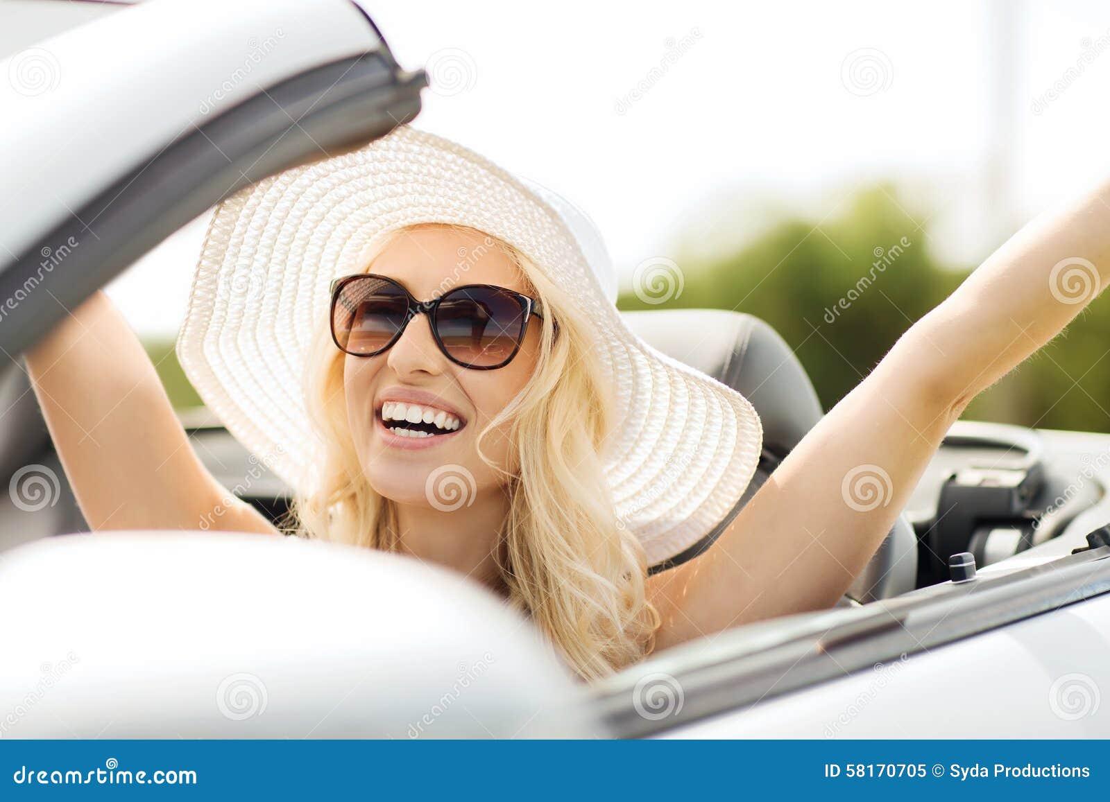 Mujer feliz que conduce en coche del cabriolé