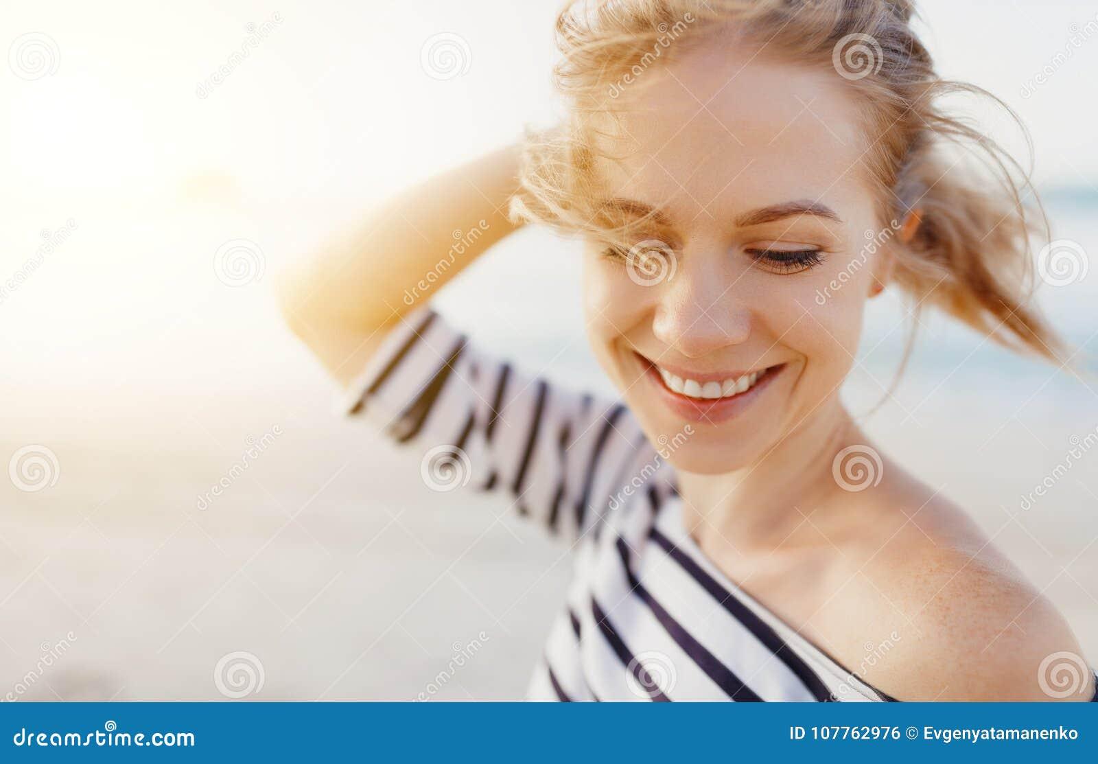 Mujer feliz que disfruta de la libertad y de risas en el mar
