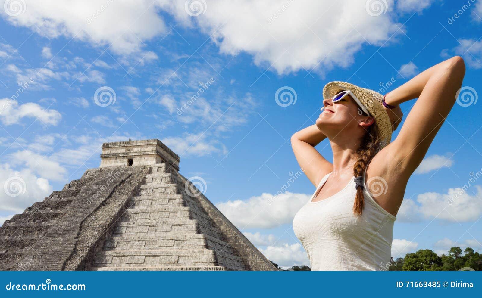Mujer feliz que disfruta del turismo maya de las ruinas de Chichen Itza