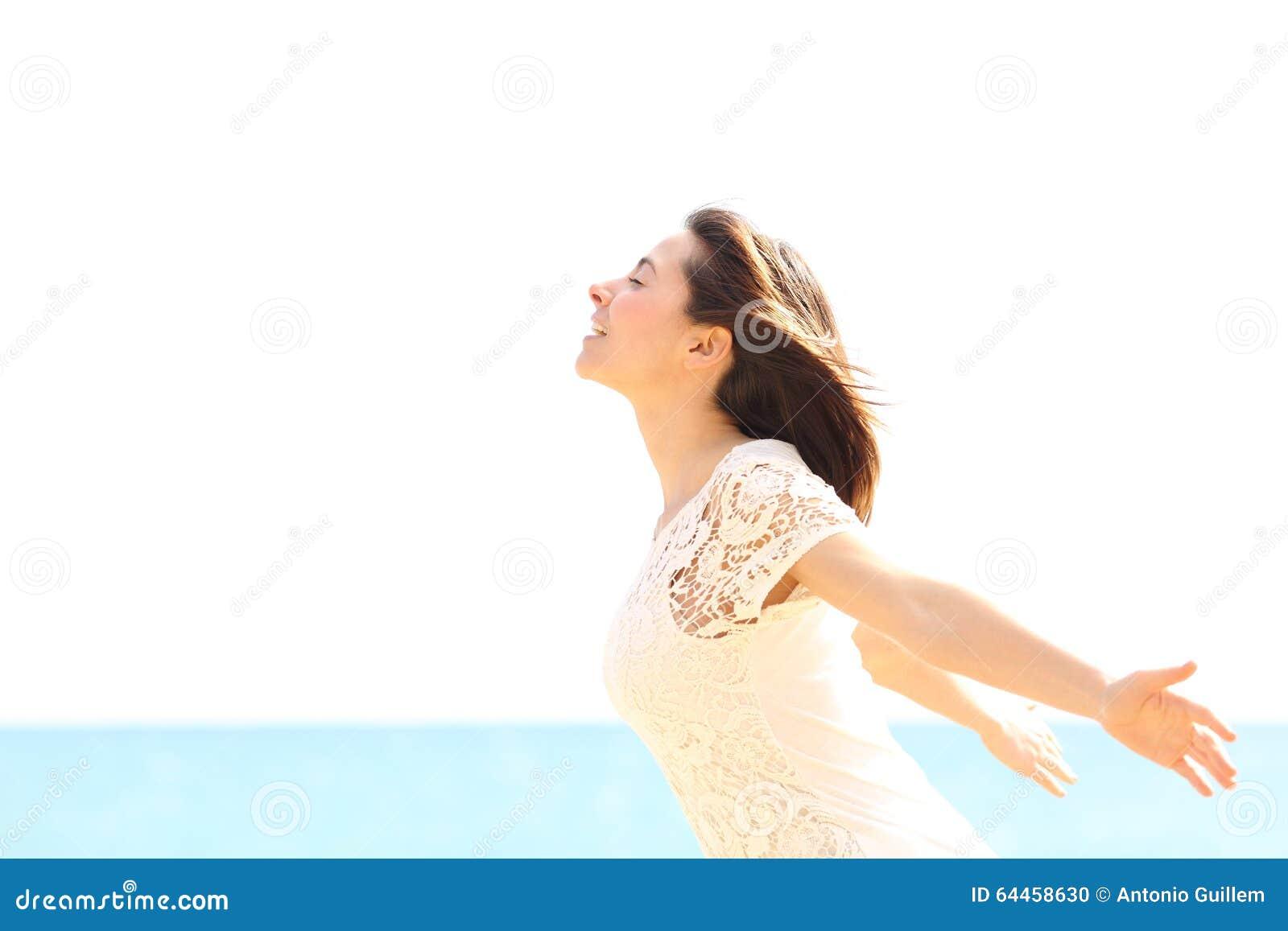 Mujer feliz que goza del viento y que respira el aire fresco