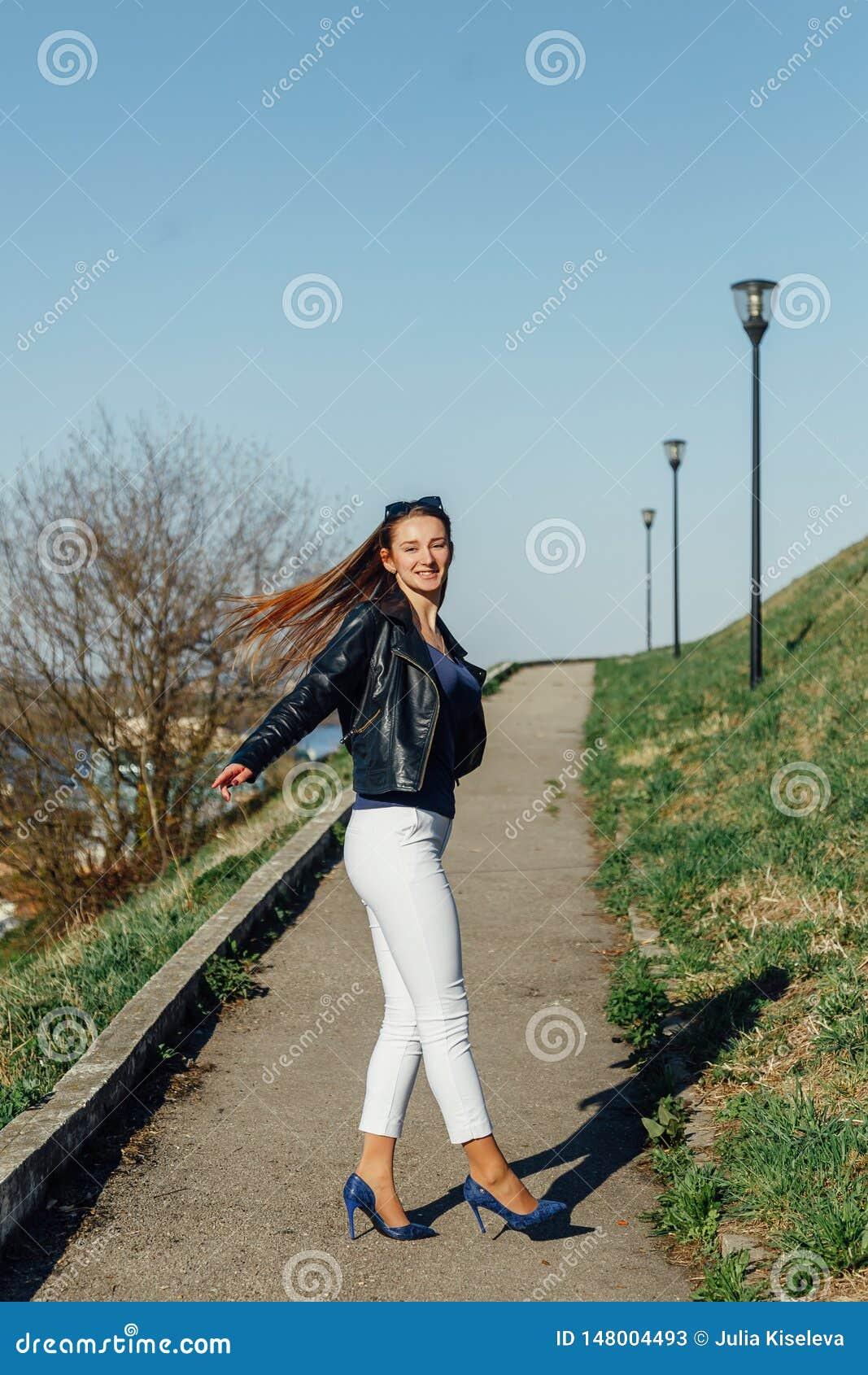 Mujer feliz que hace girar, muchacha turística