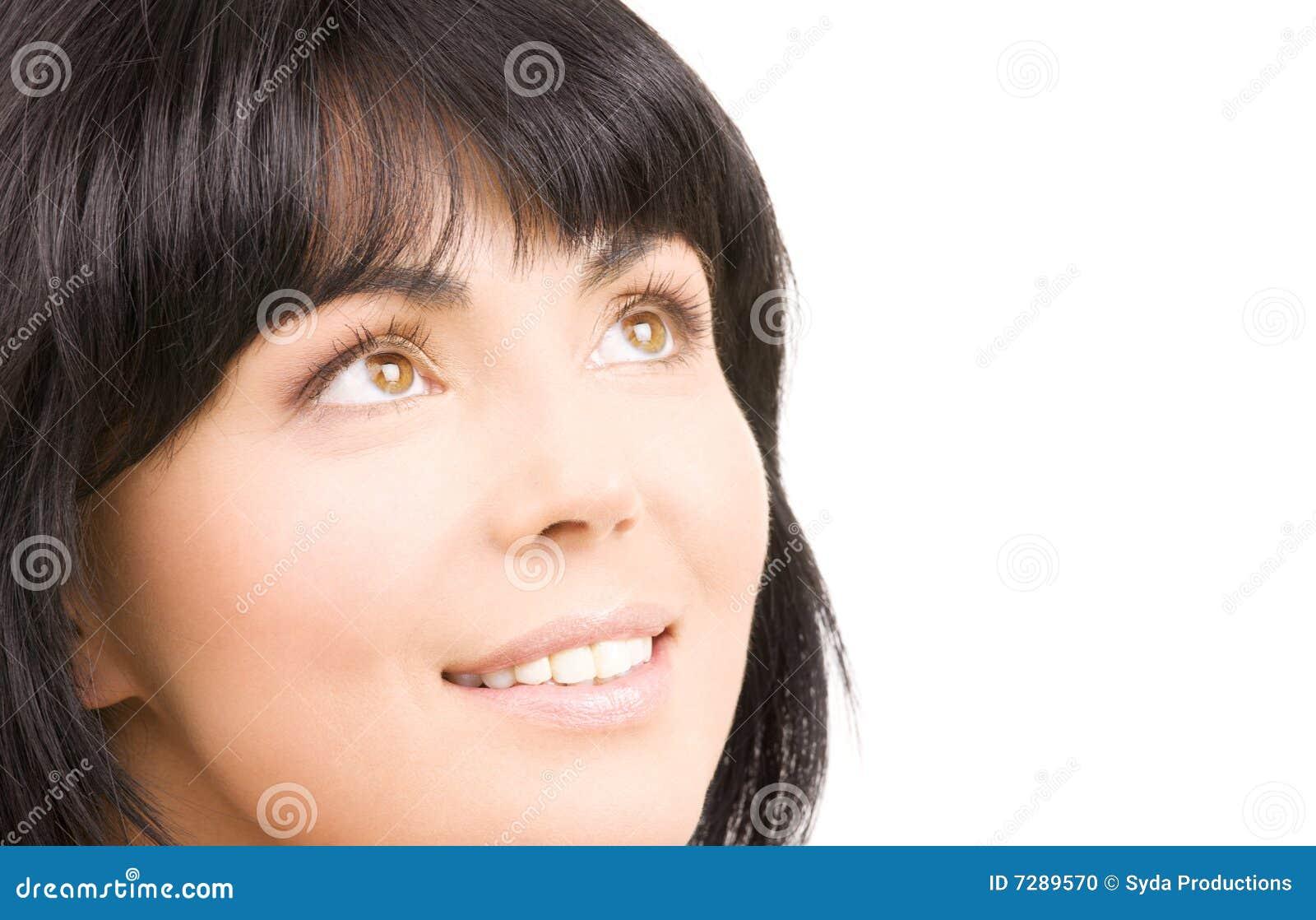 Mujer feliz que mira para arriba