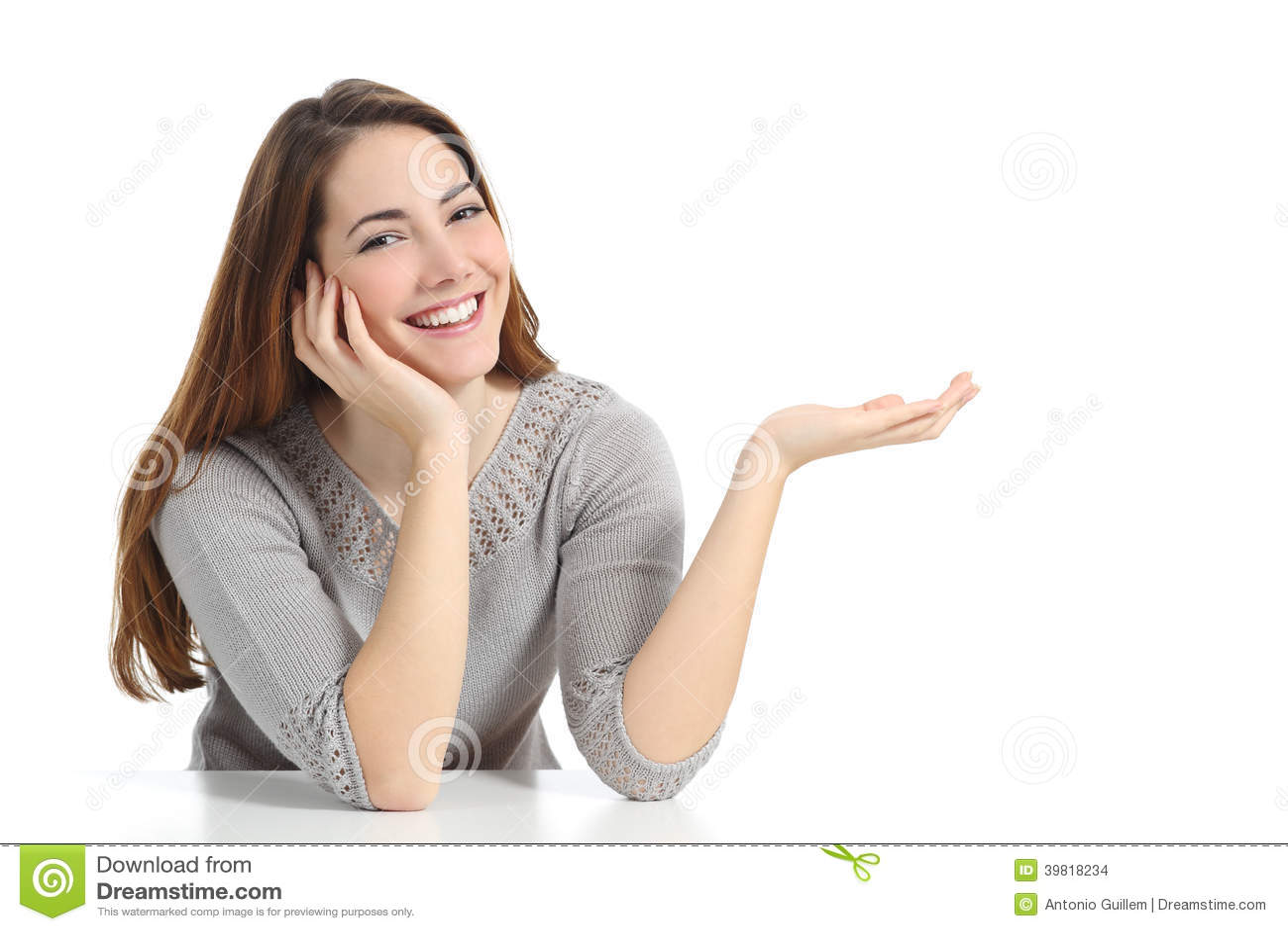 Mujer feliz que presenta con la mano abierta que lleva a cabo algo en blanco