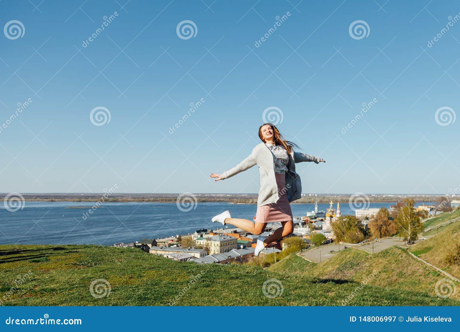 Mujer feliz que salta en el aire