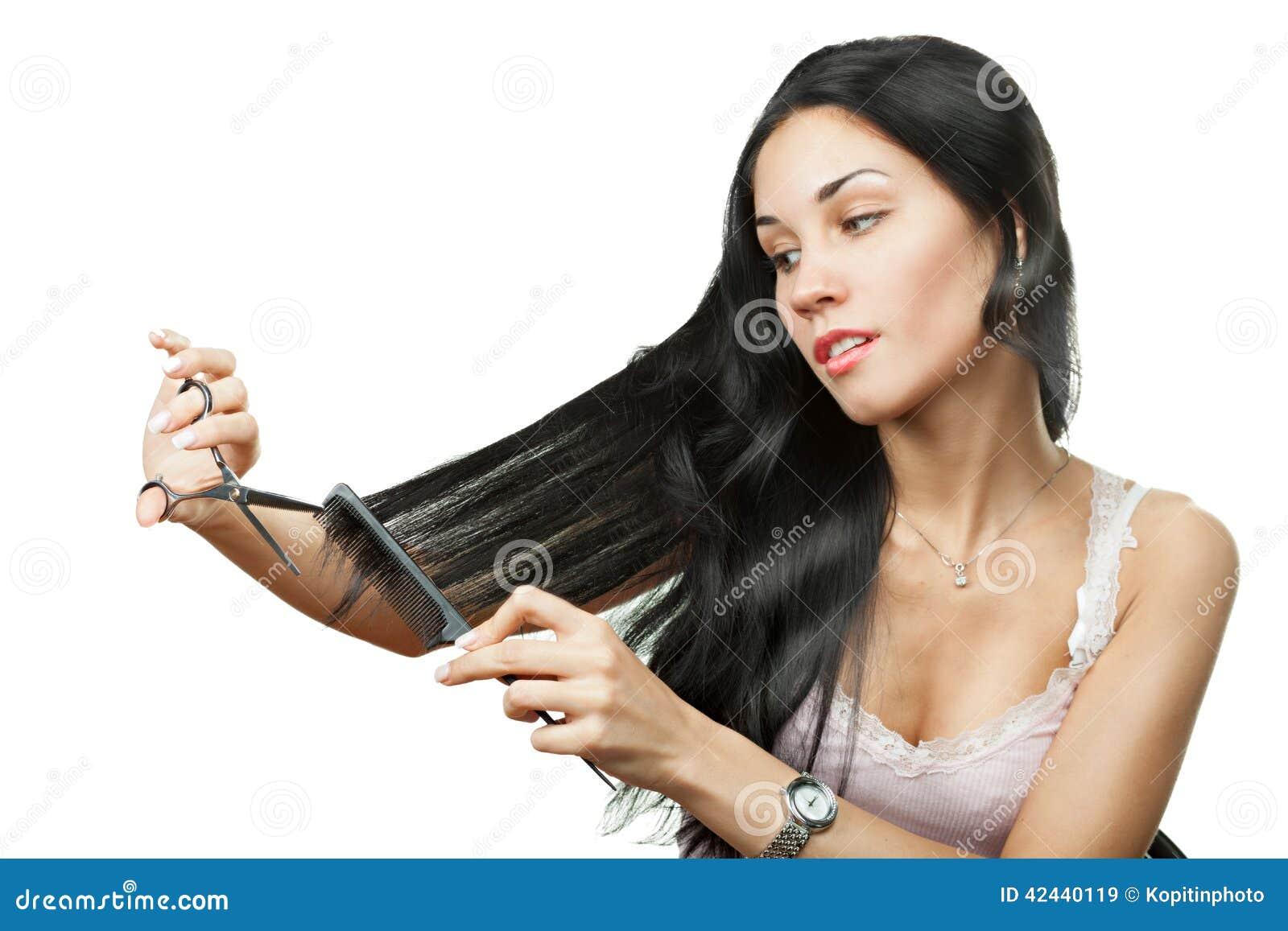 Mujer feliz que sostiene las tijeras