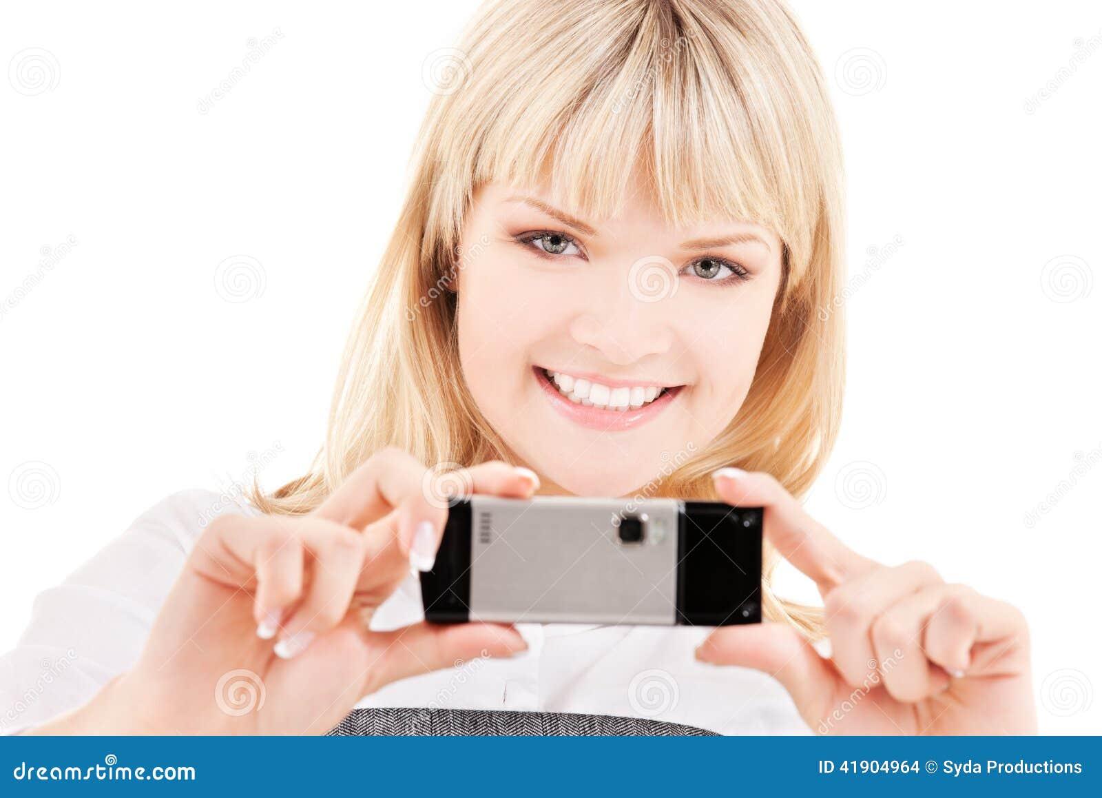 Mujer feliz que usa la cámara del teléfono