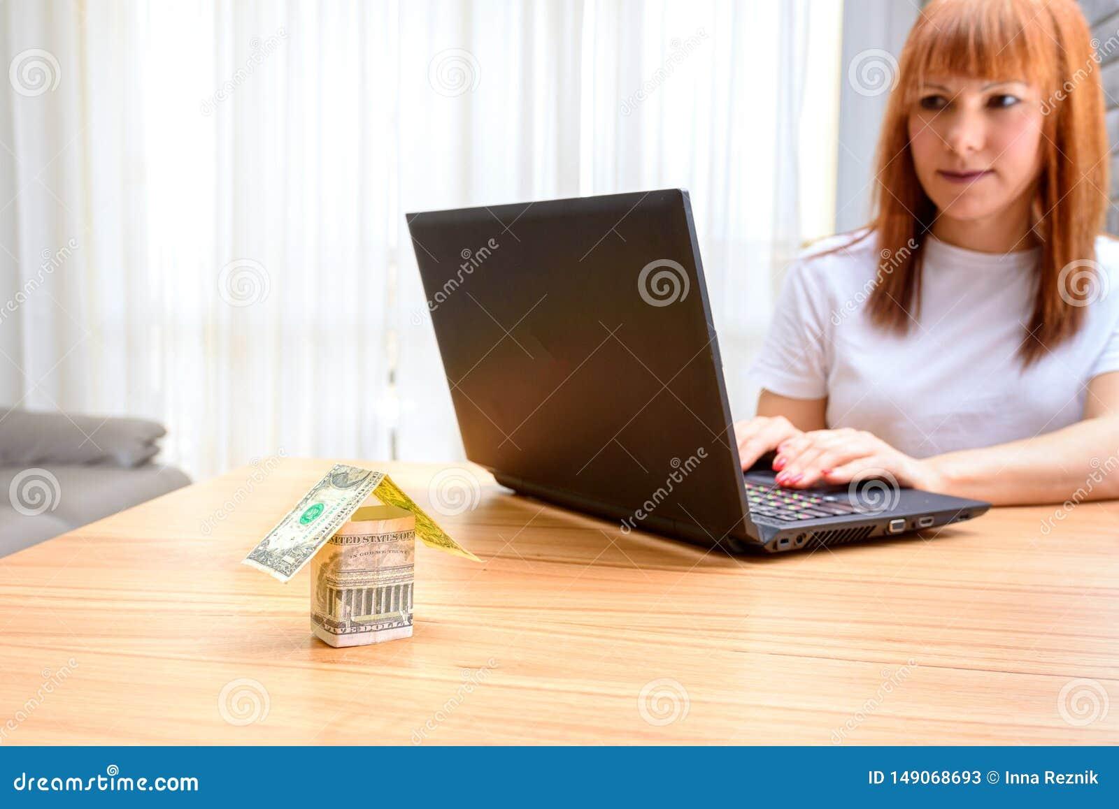 Mujer feliz que usa la computadora port?til E