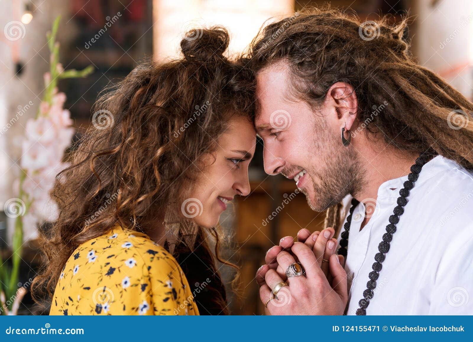 Mujer feliz rizada que siente la gran ayuda de su marido