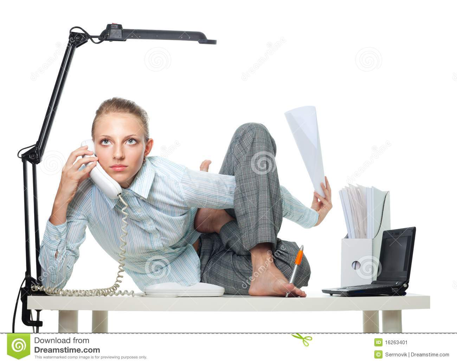 Mujer flexible en oficina