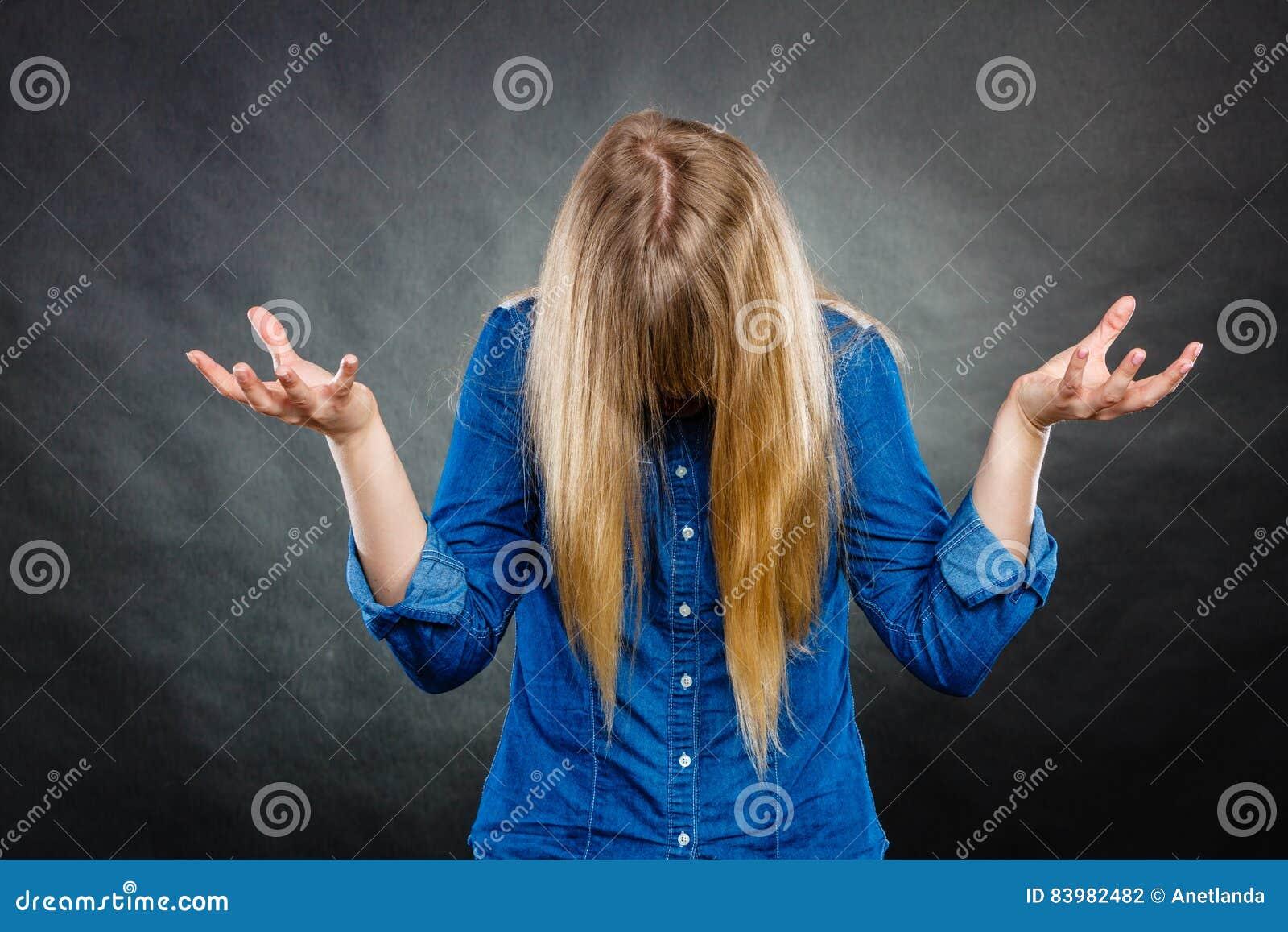Mujer furiosa que hace gestos de manos
