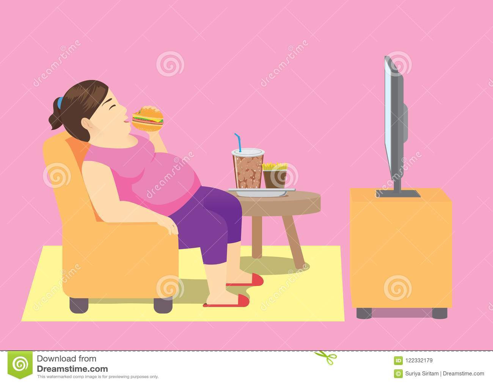 Mujer gorda que come los alimentos de preparación rápida en el sofá y que ve la TV