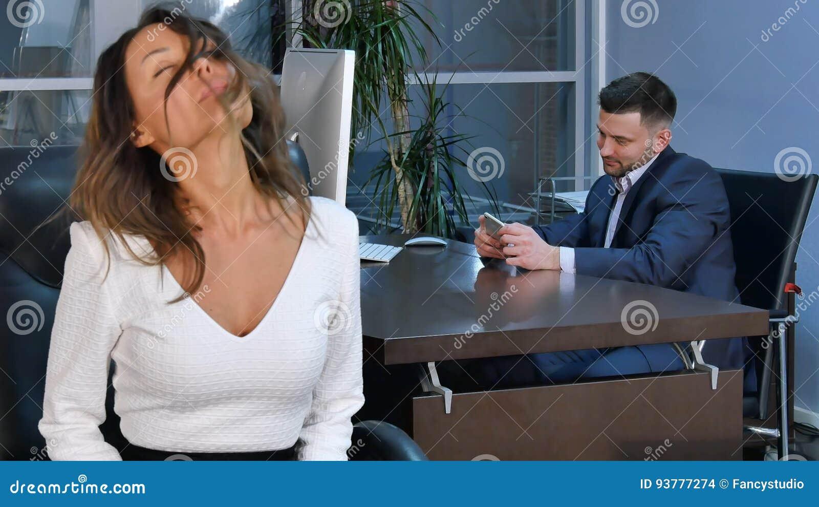 Las mujeres healty jovenes de la oficina que hacen aptitud ejercitan en el  lugar de trabajo a80005365b4e