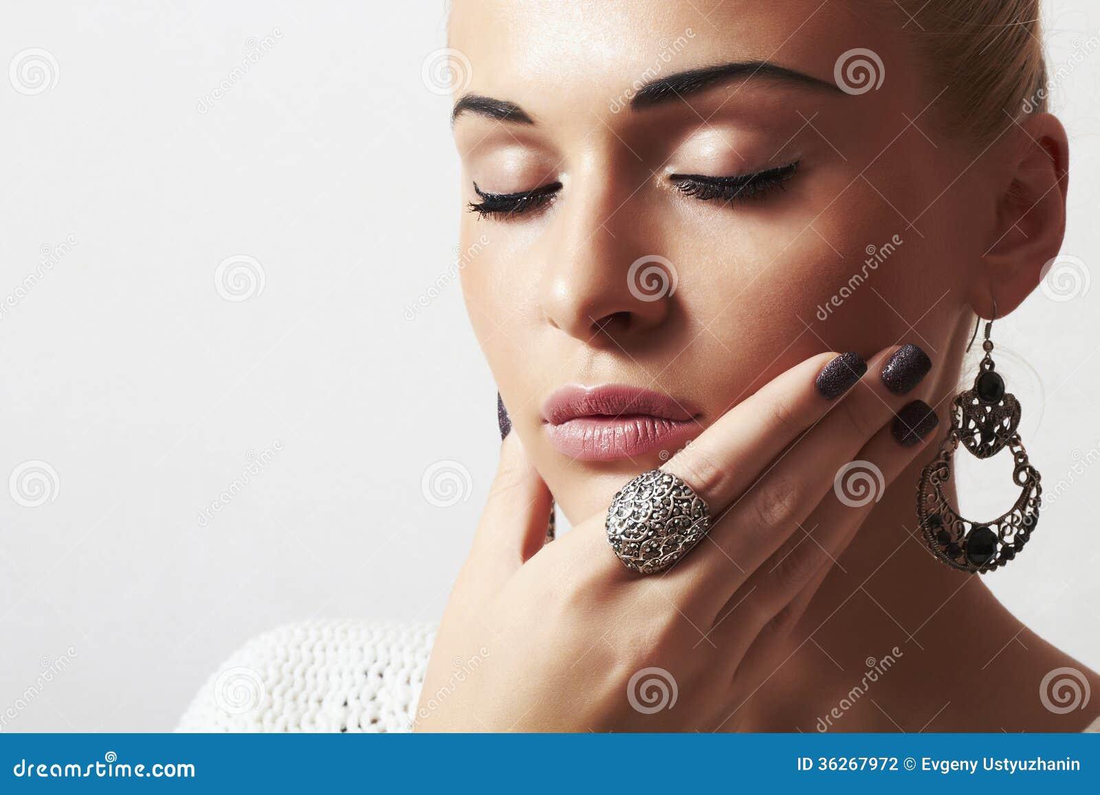 Mujer hermosa. Arena manicure.hairless de la joyería y de Beauty.girl.ornamentation.liquid