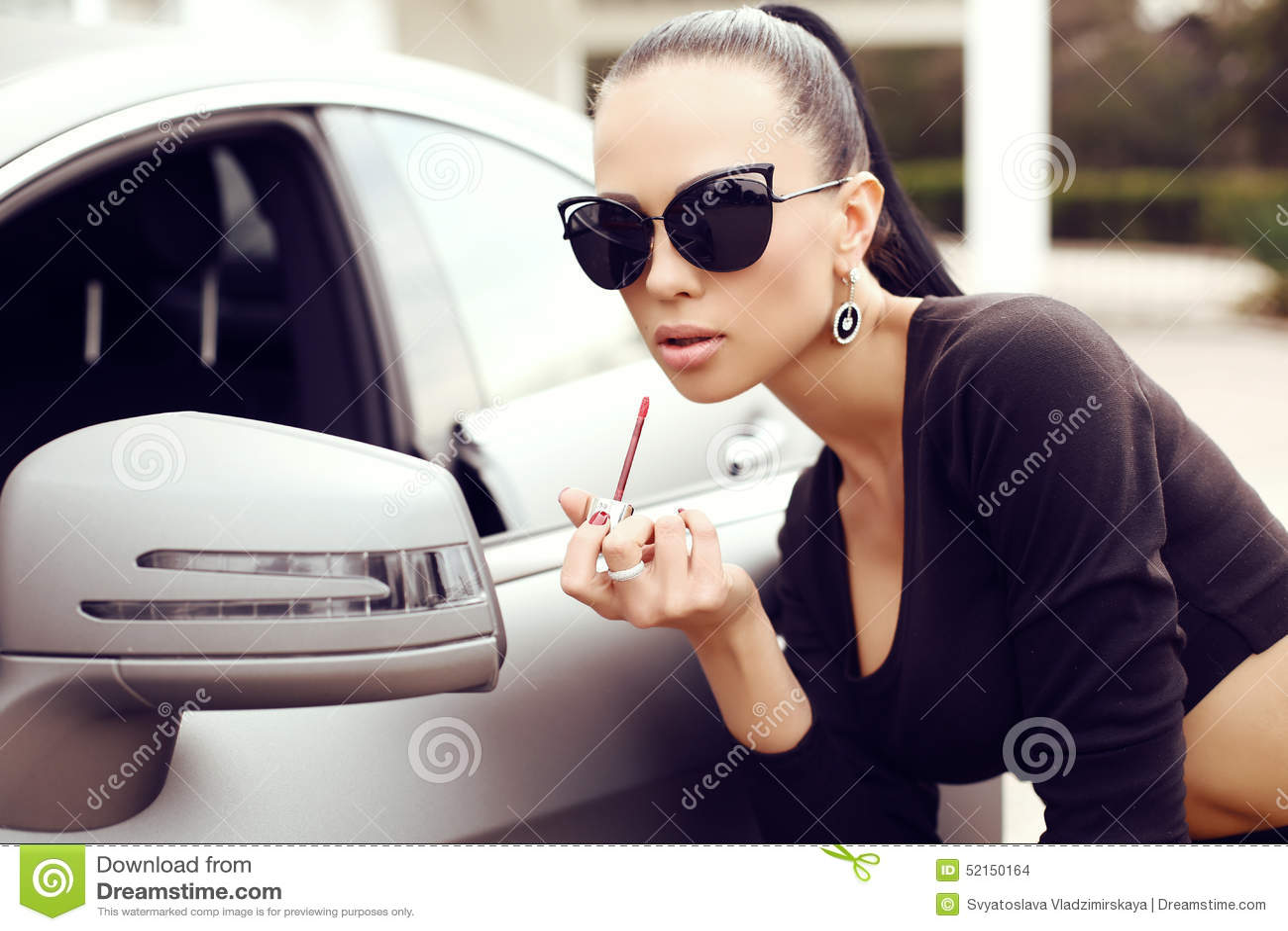 b1d2bc6600ad Mujer Hermosa Atractiva Con El Pelo Oscuro Que Presenta Al Lado Del ...