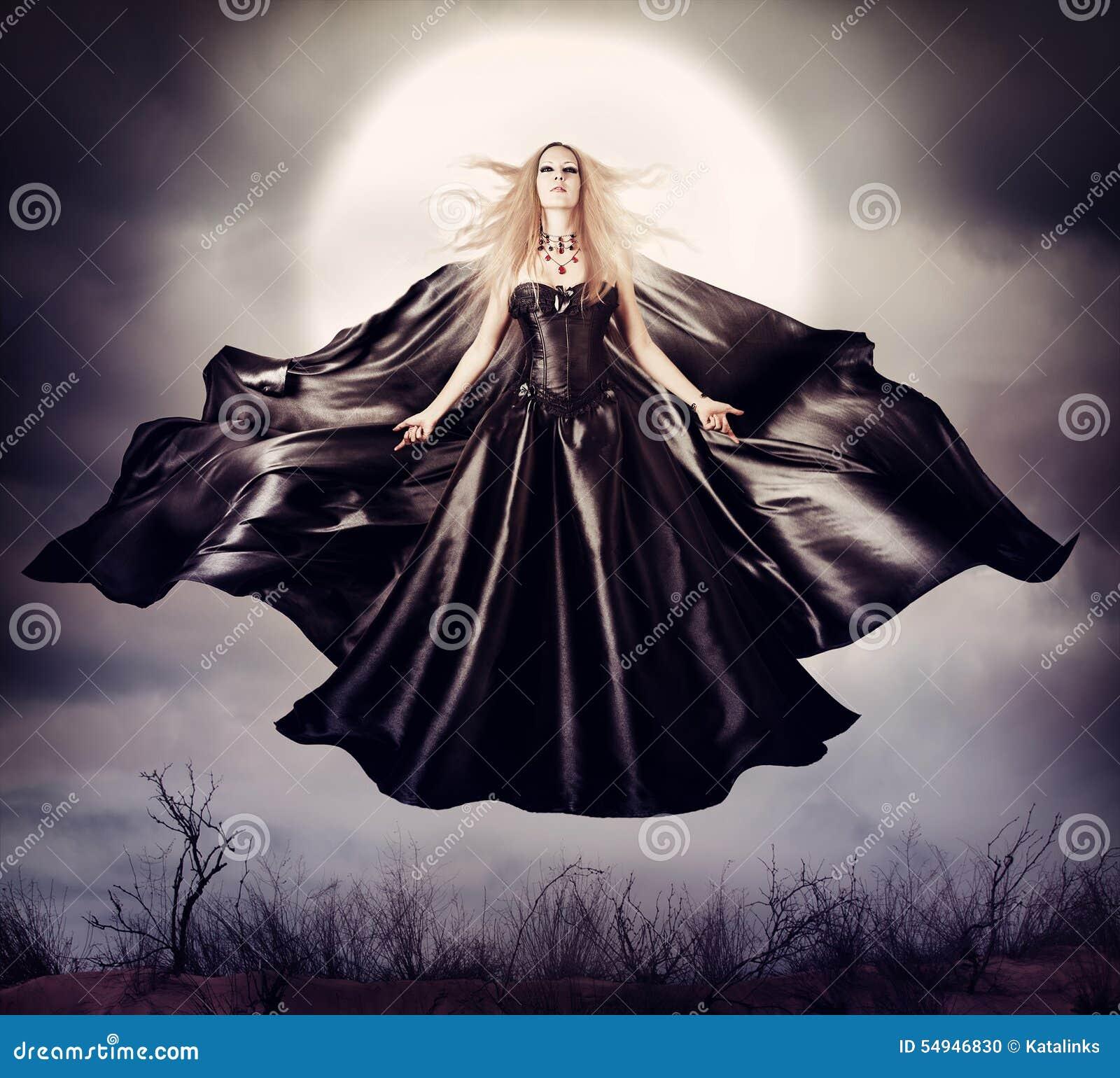 Mujer hermosa - bruja de Halloween que vuela