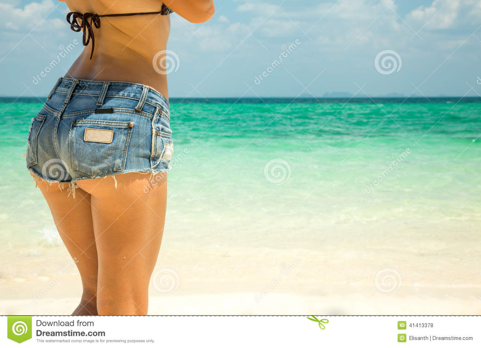 Dos chicas en pantalones cortos chupan y follan una