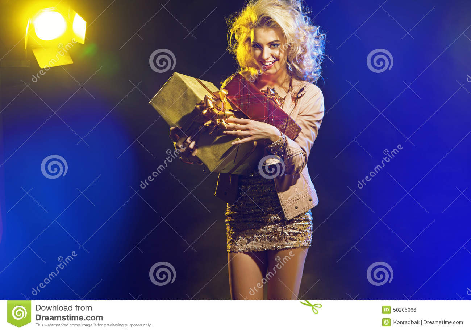 Mujer hermosa con el manojo de regalos