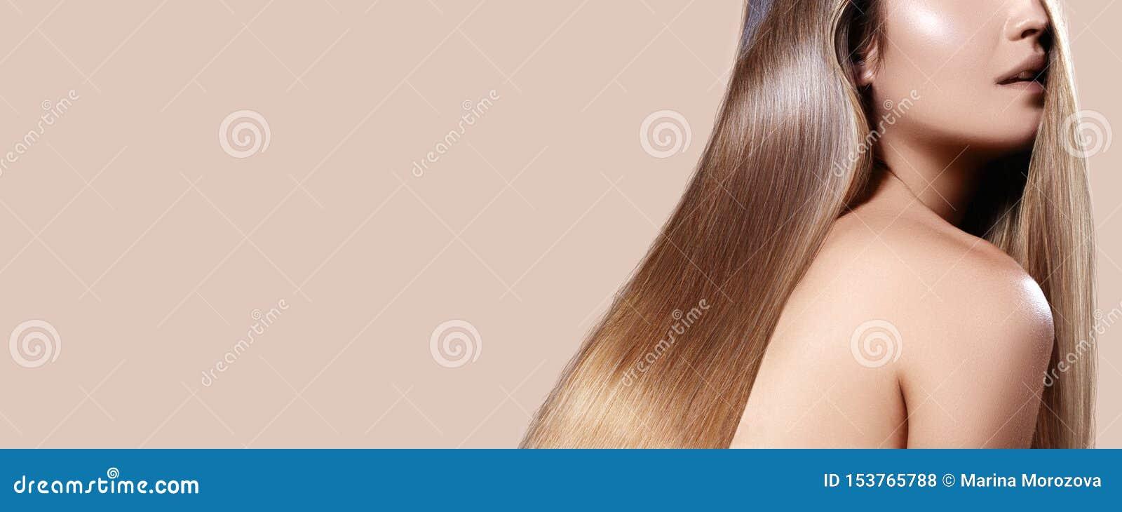 Mujer hermosa con el pelo brillante recto Morenita atractiva con el peinado liso, pelo largo sano hermoso con lustre