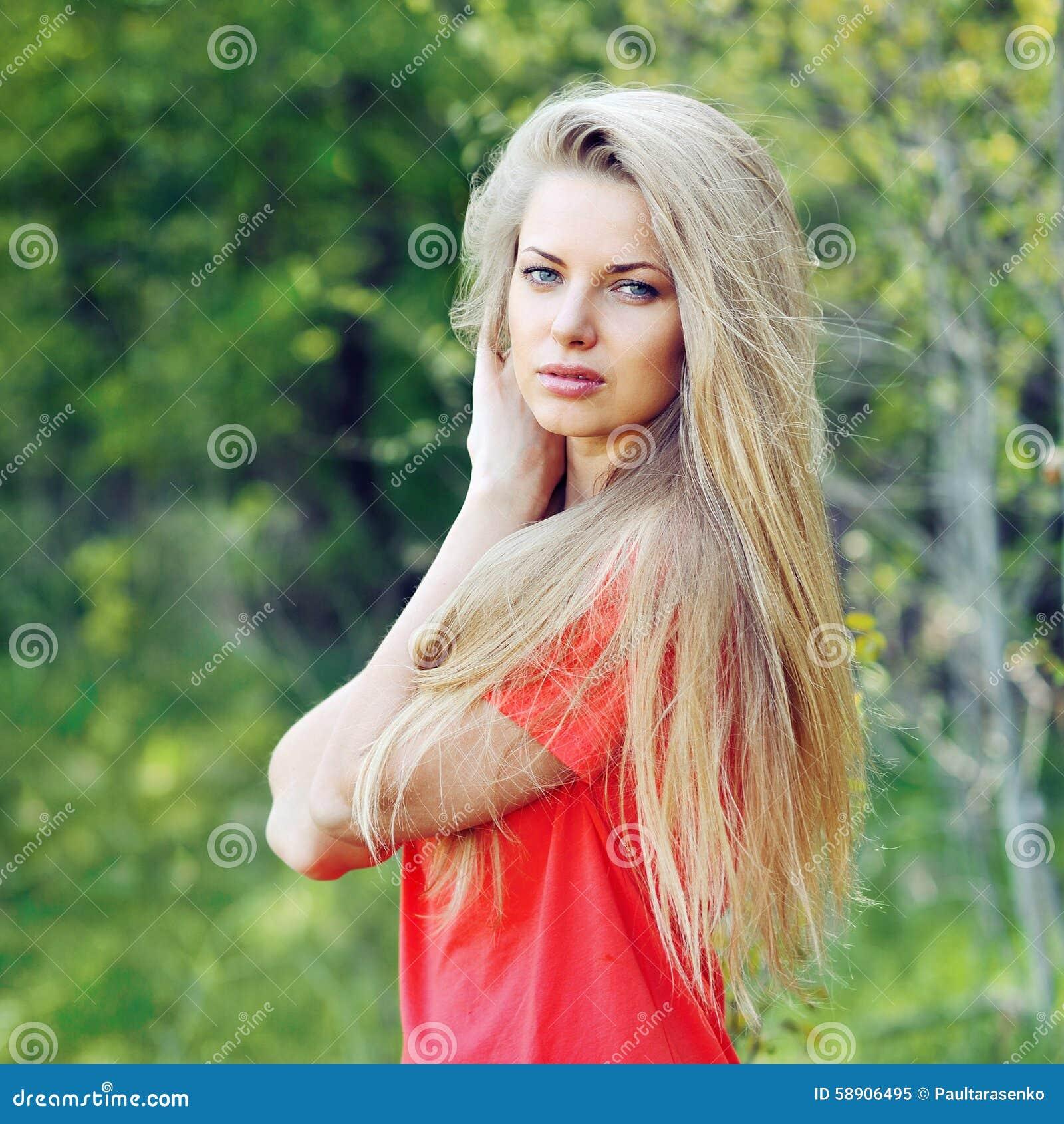 Mujer hermosa con el pelo elegante - al aire libre