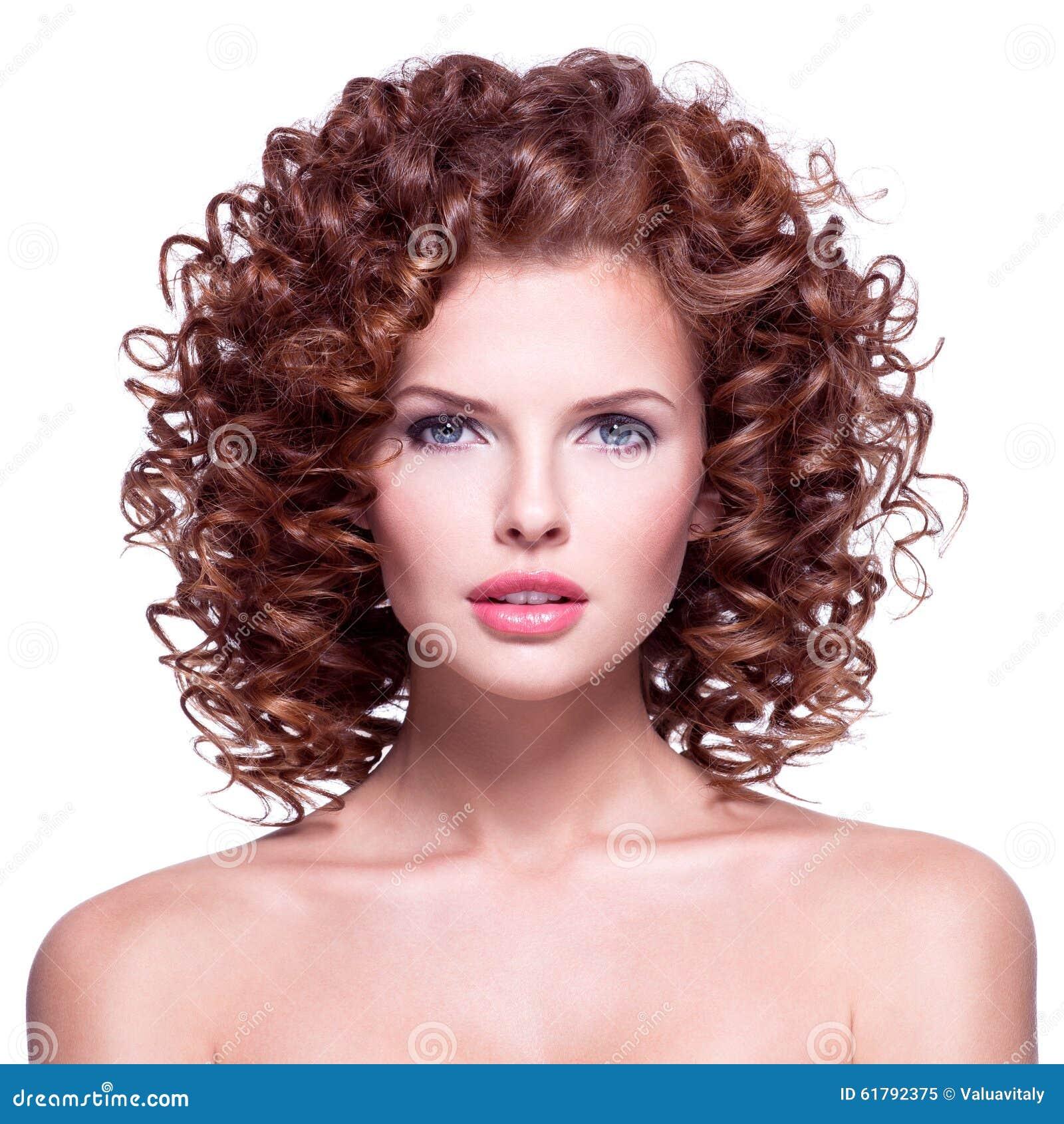 Mujer hermosa con el pelo rizado moreno