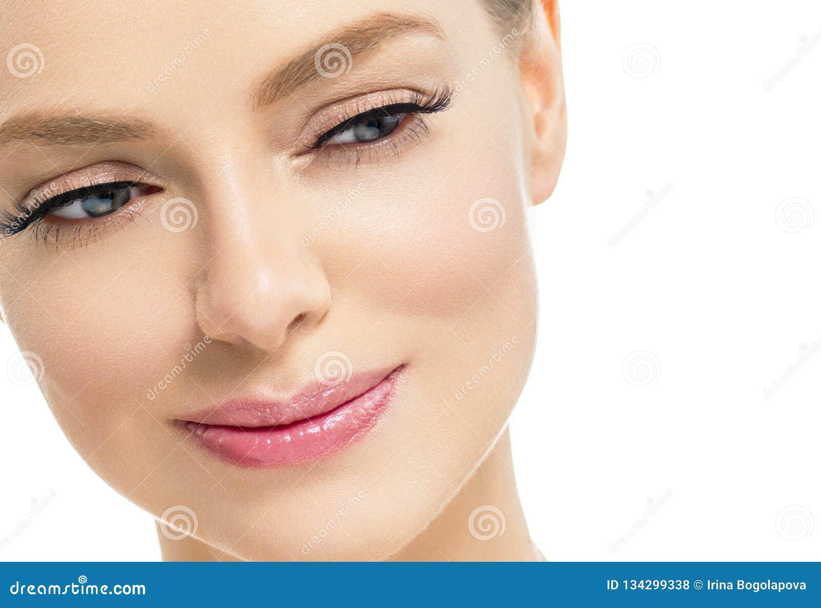Mujer hermosa con la cara natural de la belleza del pelo rubio del maquillaje de la piel sana con los latigazos de la belleza y l