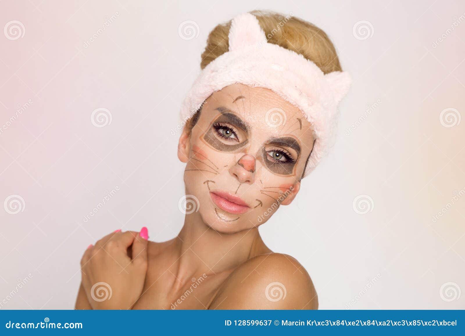 Mujer hermosa con la mascarilla hidratante del leopardo Máscara con el leopardo, gato