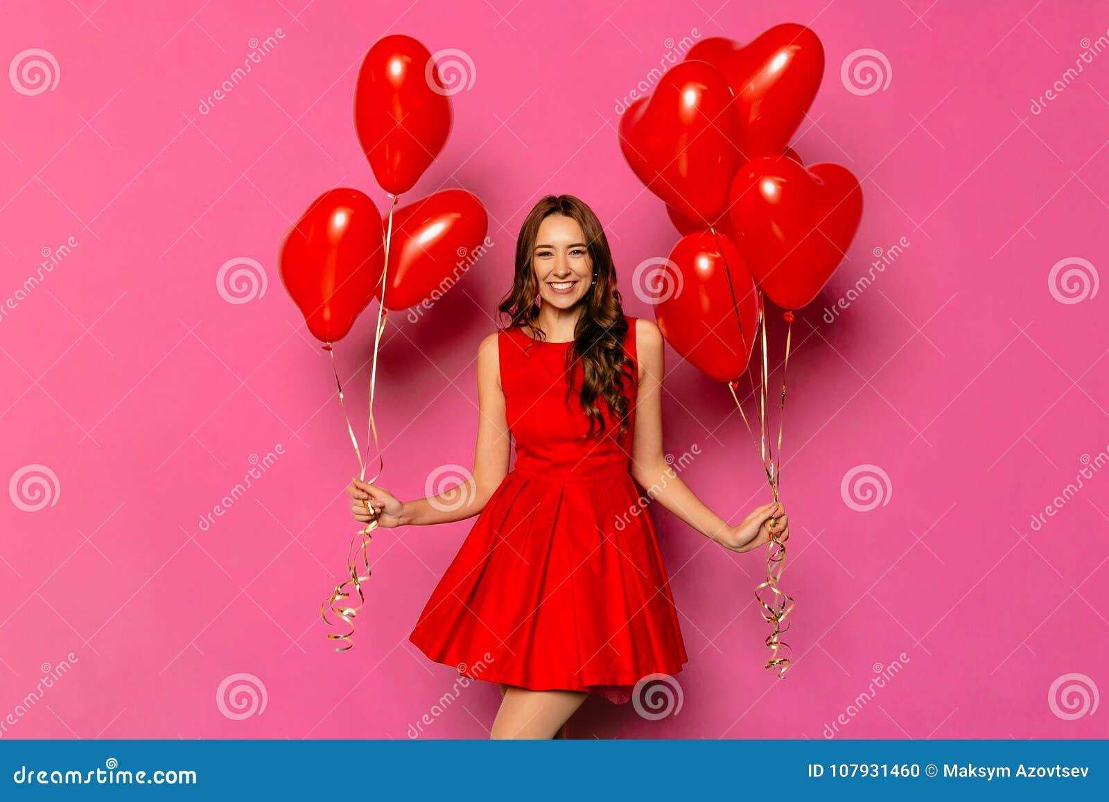 Mujer Hermosa Con Los Balones De Aire En Forma De Corazón El Día Del ...