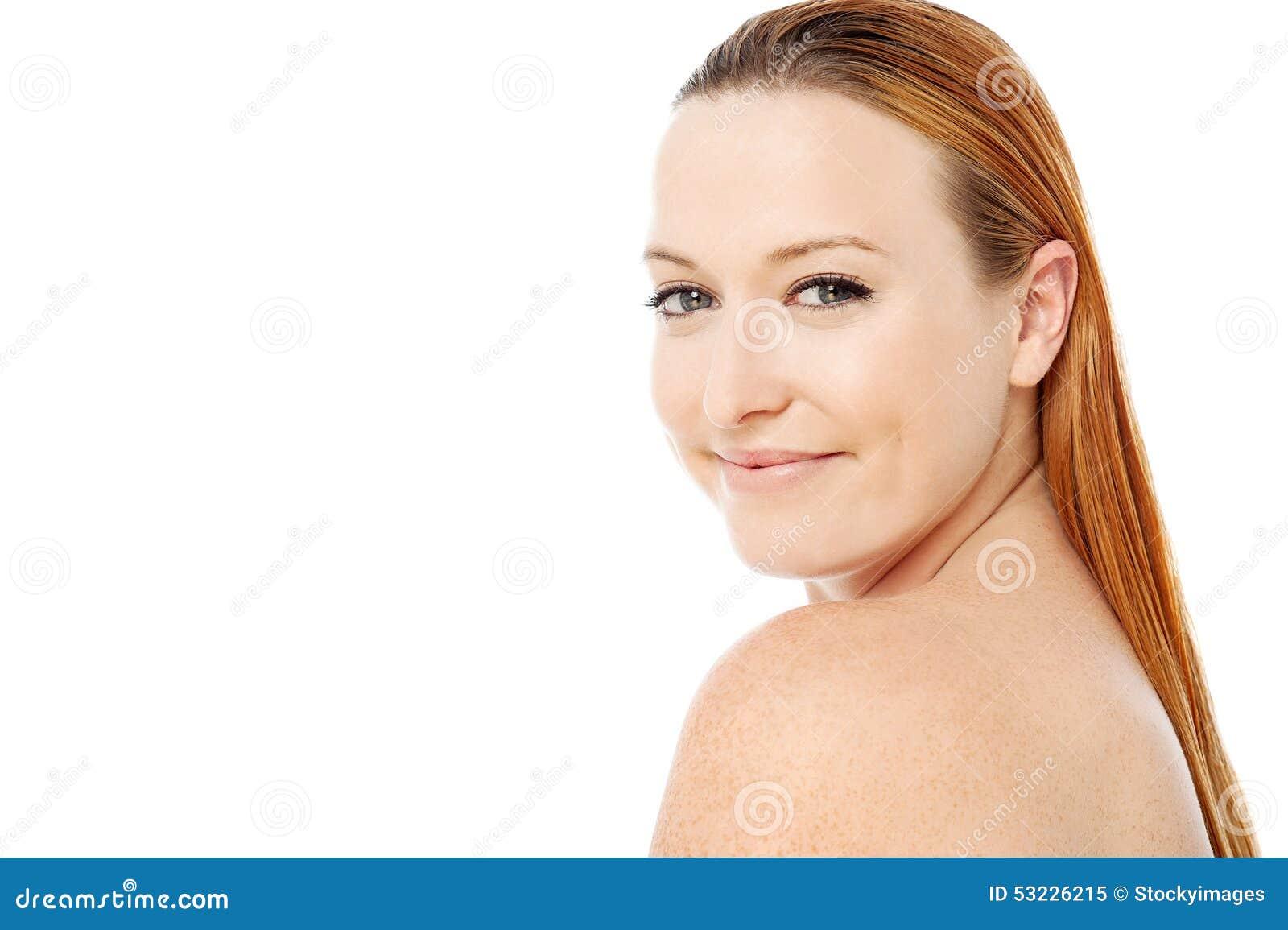 Mujer hermosa con los hombros descubiertos