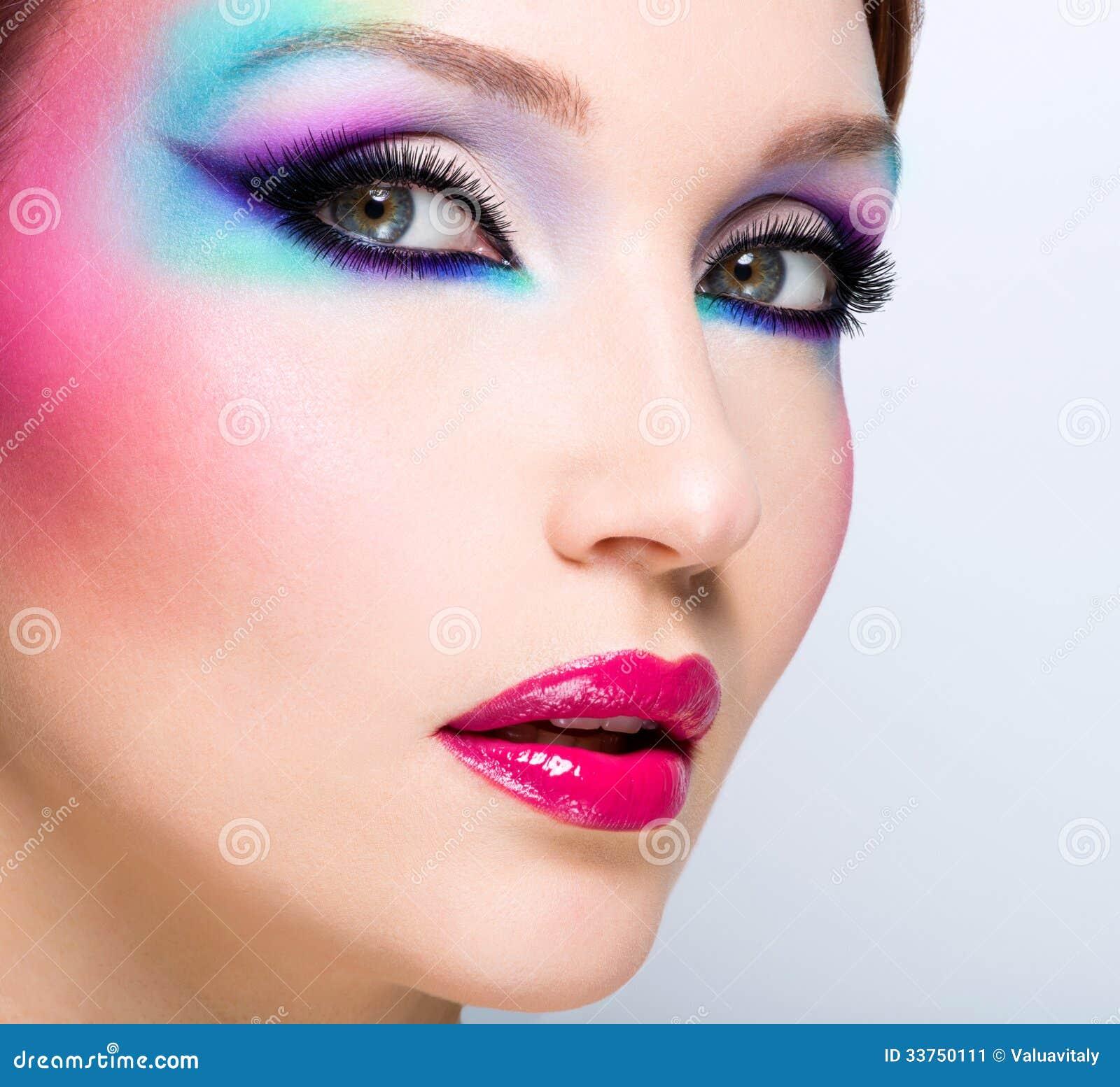 Mujer hermosa con maquillaje brillante de la moda