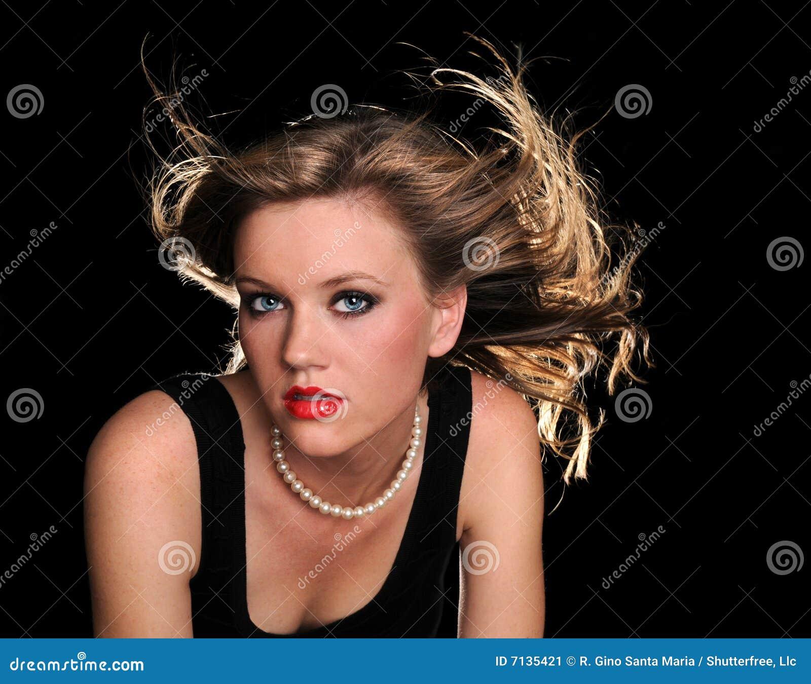 Mujer hermosa con soplar del pelo